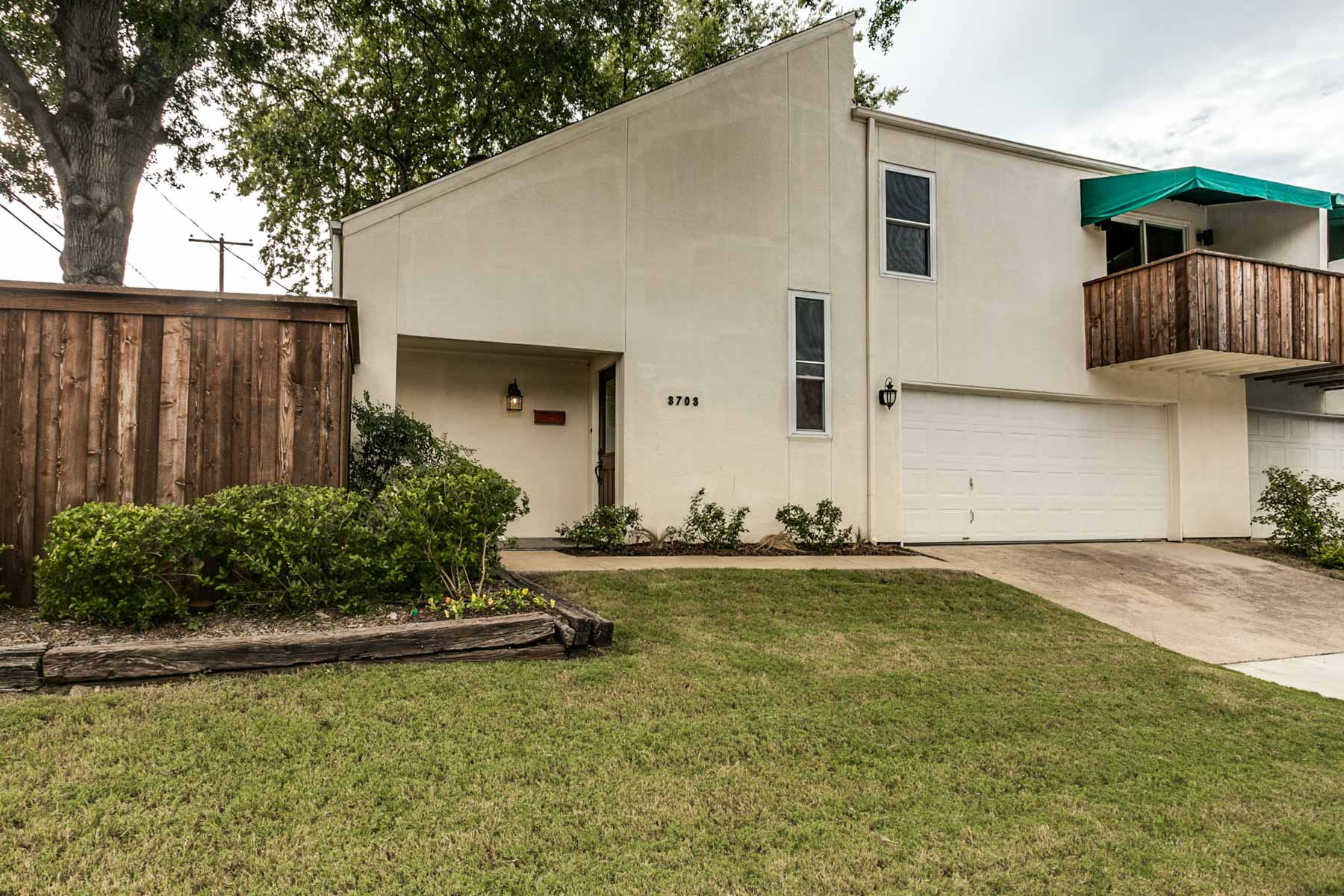 Moradia para Venda às Eclectic Monticello Duplex 3703 W 5th St Fort Worth, Texas, 76107 Estados Unidos