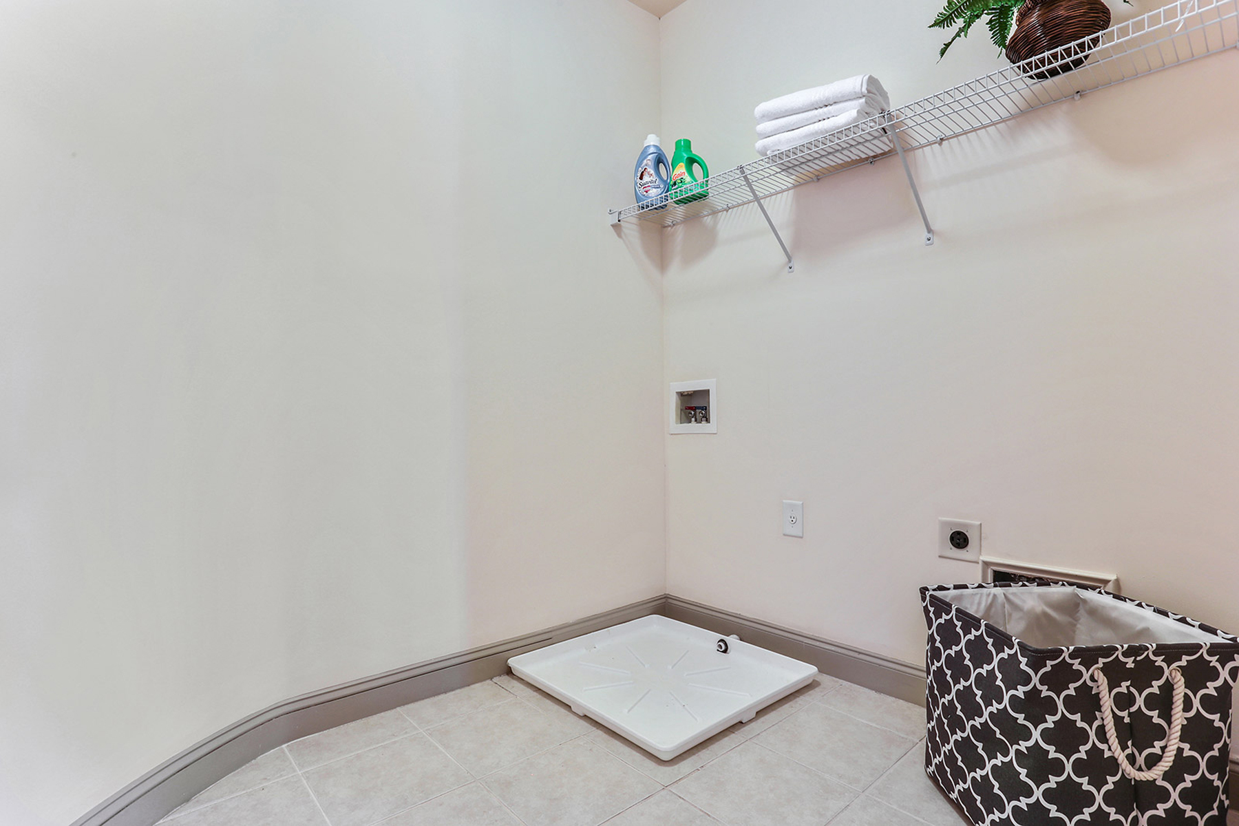 Additional photo for property listing at Beautiful Townhome Overlooking Courtyard 5986 Bond Street Cumming, 조지아 30040 미국