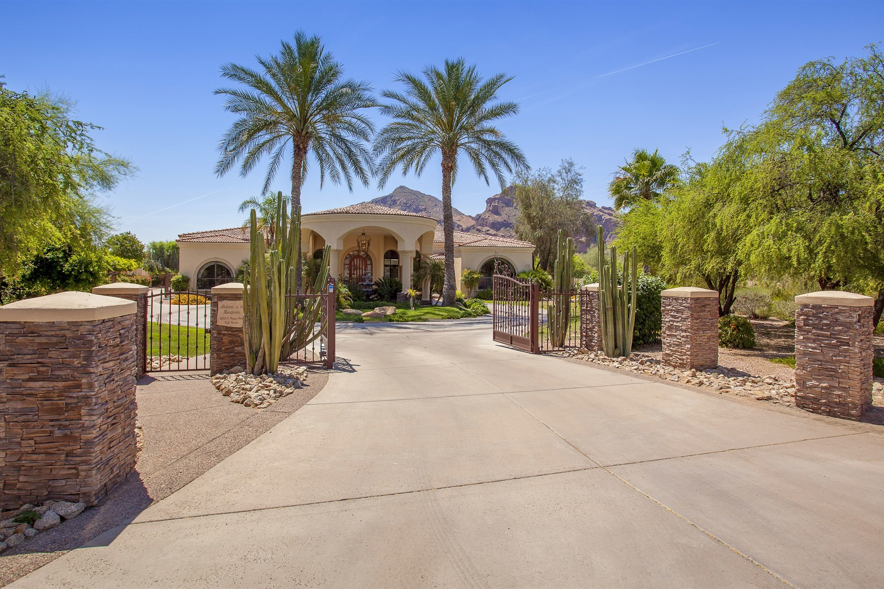 Einfamilienhaus für Verkauf beim Stunning Views of Camelback Mountain from this fabulous 1.16 Acre Gated Estate. 6533 N PRAYING MONK RD Paradise Valley, Arizona 85253 Vereinigte Staaten