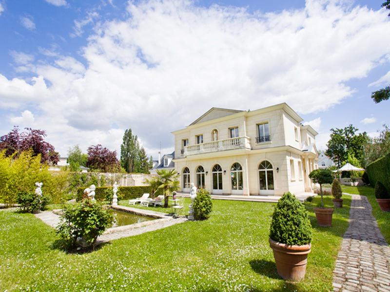 Property For Sale at Maison familiale avec piscine - Le Vesinet