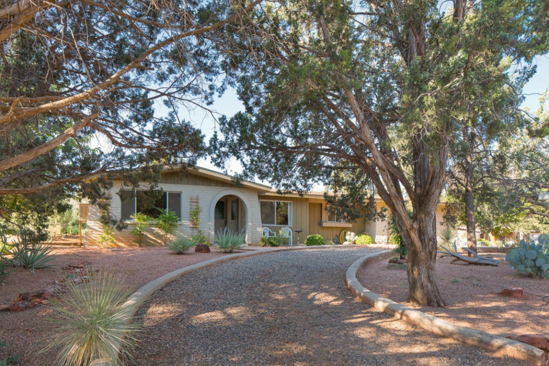 Nhà ở một gia đình vì Bán tại Solidly built and lovingly cared for home in great location. 80 Canyon Wren Drive Sedona, Arizona 86336 Hoa Kỳ