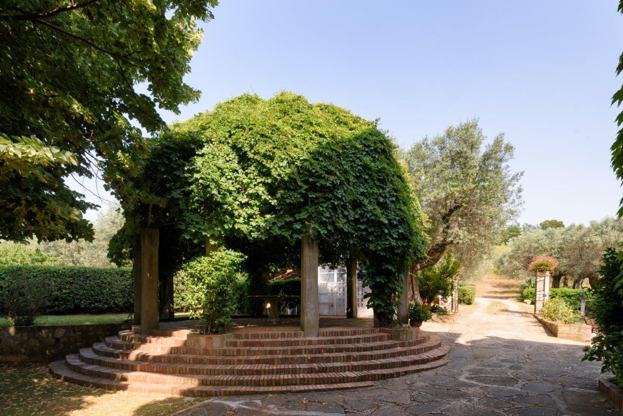 Additional photo for property listing at Refined monoir on a hill with views of the sea Strada provinciale del Passo di Bocca di Valle Castagneto Carducci, Livorno 57022 Italia