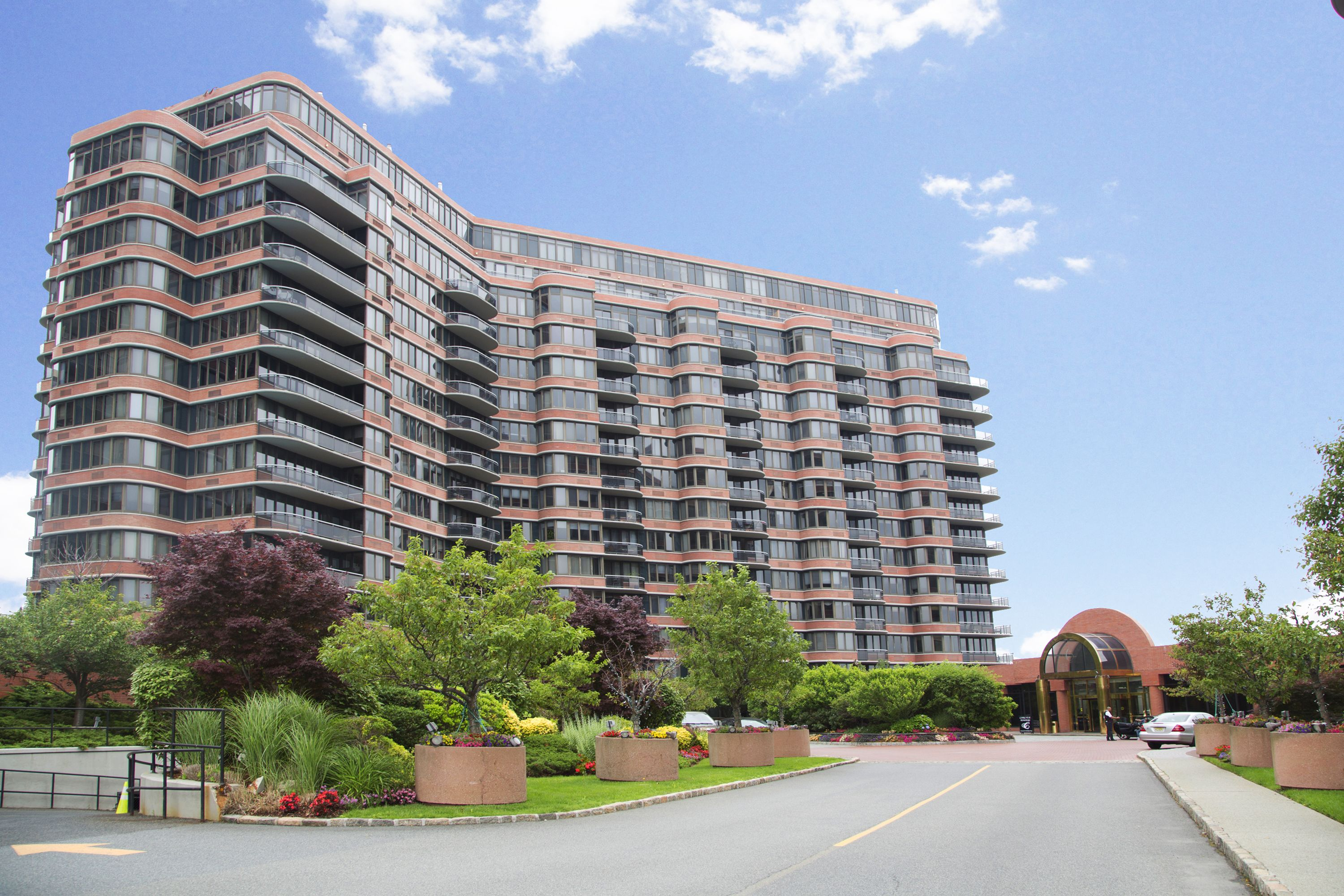 콘도미니엄 용 매매 에 Sun Drenched Condo with Hudson River Views! 100 Winston Drive N16L Cliffside Park, 뉴저지 07010 미국