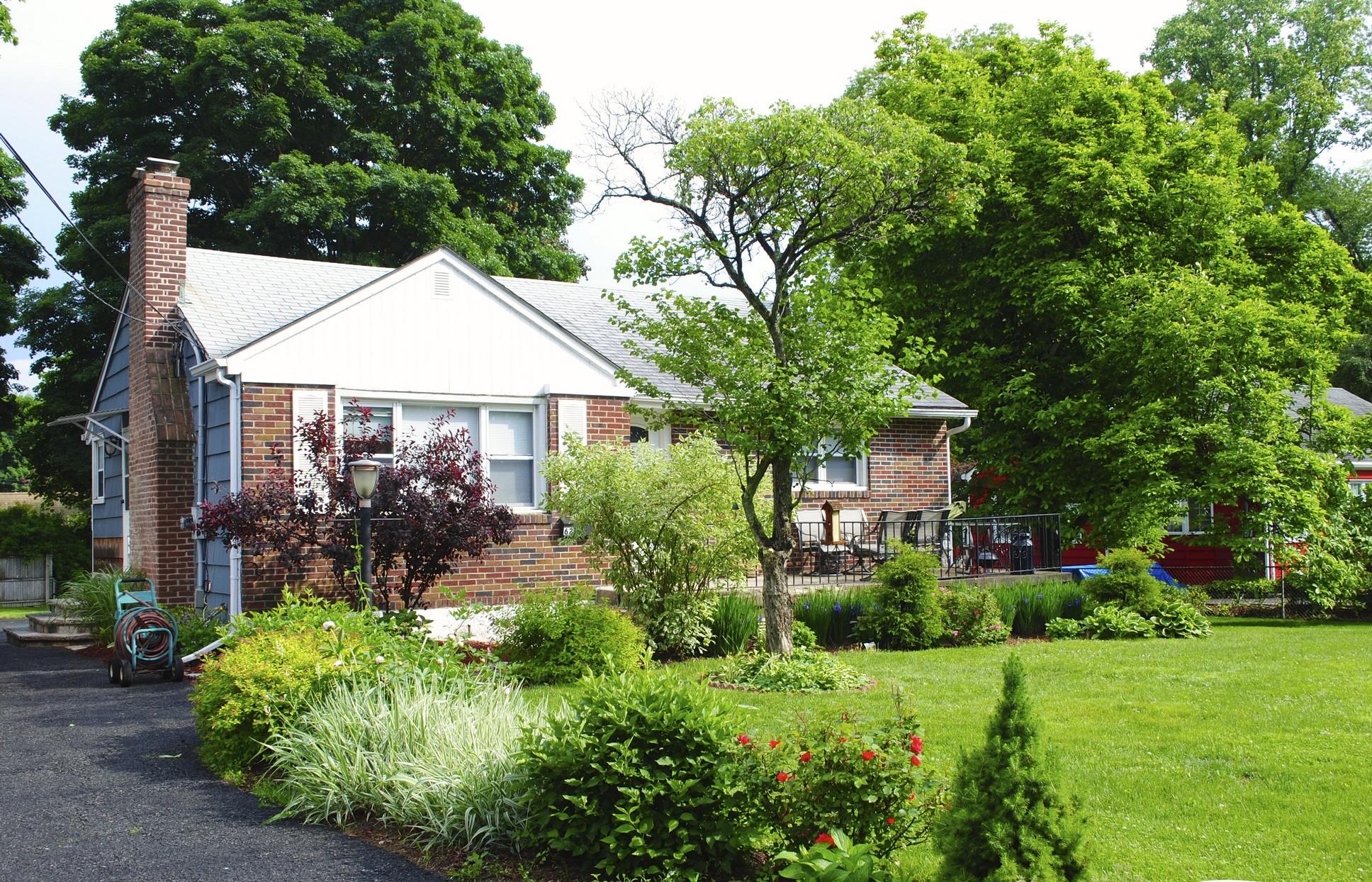 Casa para uma família para Venda às Cozy Starter 62 Montrose Point Road Montrose, Nova York 10548 Estados Unidos
