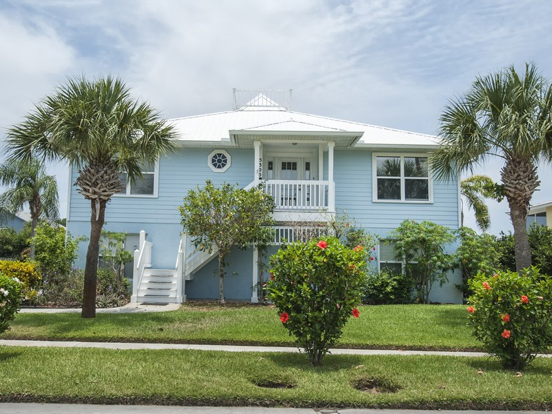 Maison unifamiliale pour l Vente à 2-Story Home in River Boat Club 5300 95th St Sebastian, Florida, 32958 États-Unis