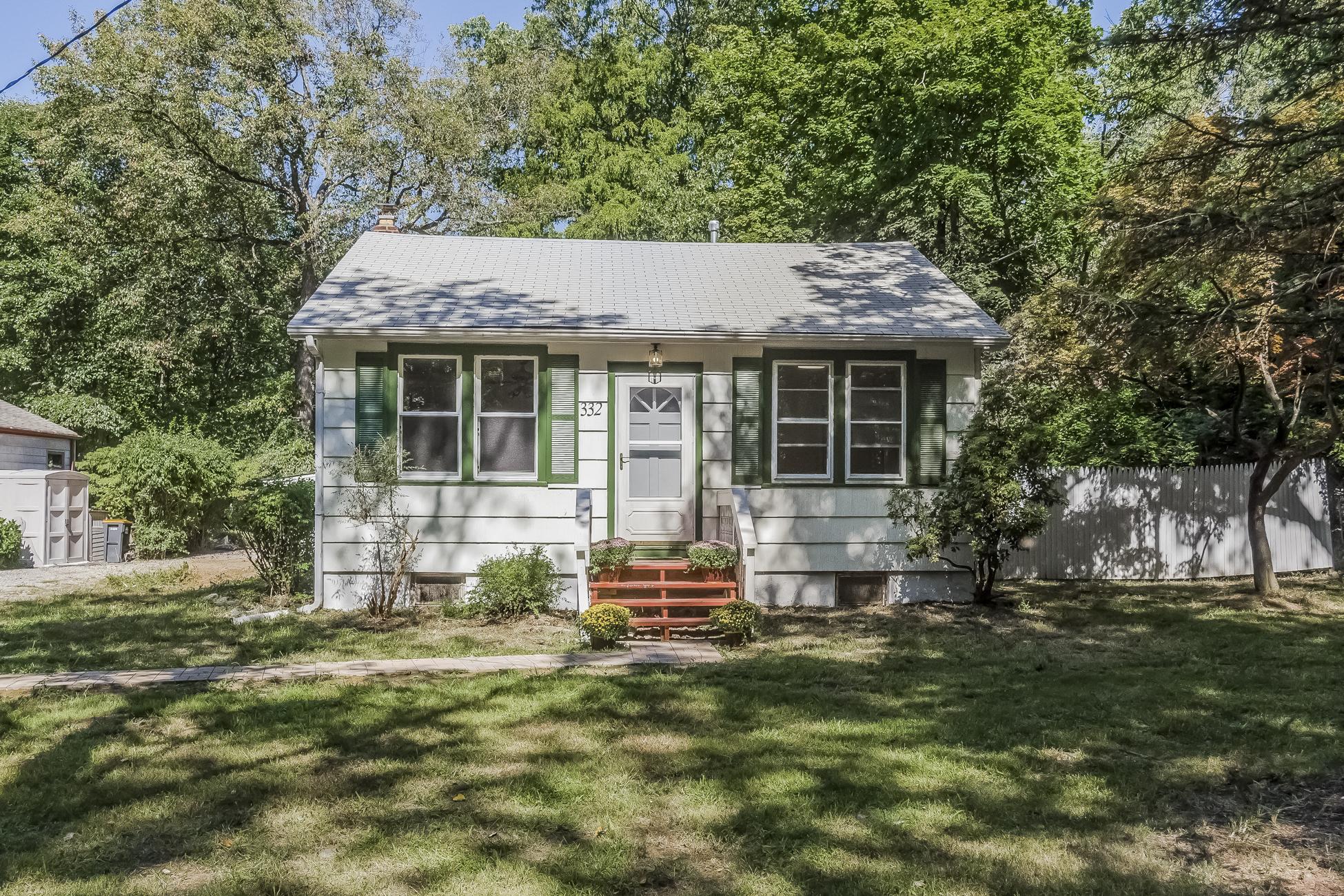 Casa Unifamiliar por un Venta en Spacious Cottage 332 Zion Road Hillsborough, Nueva Jersey 08844 Estados Unidos