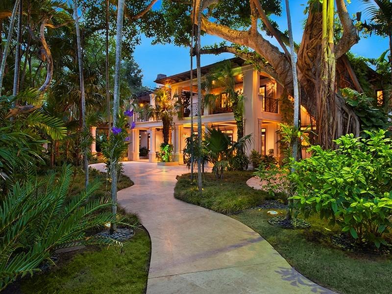 Maison unifamiliale pour l Vente à 4800 Pine Drive Miami, Florida 33143 États-Unis