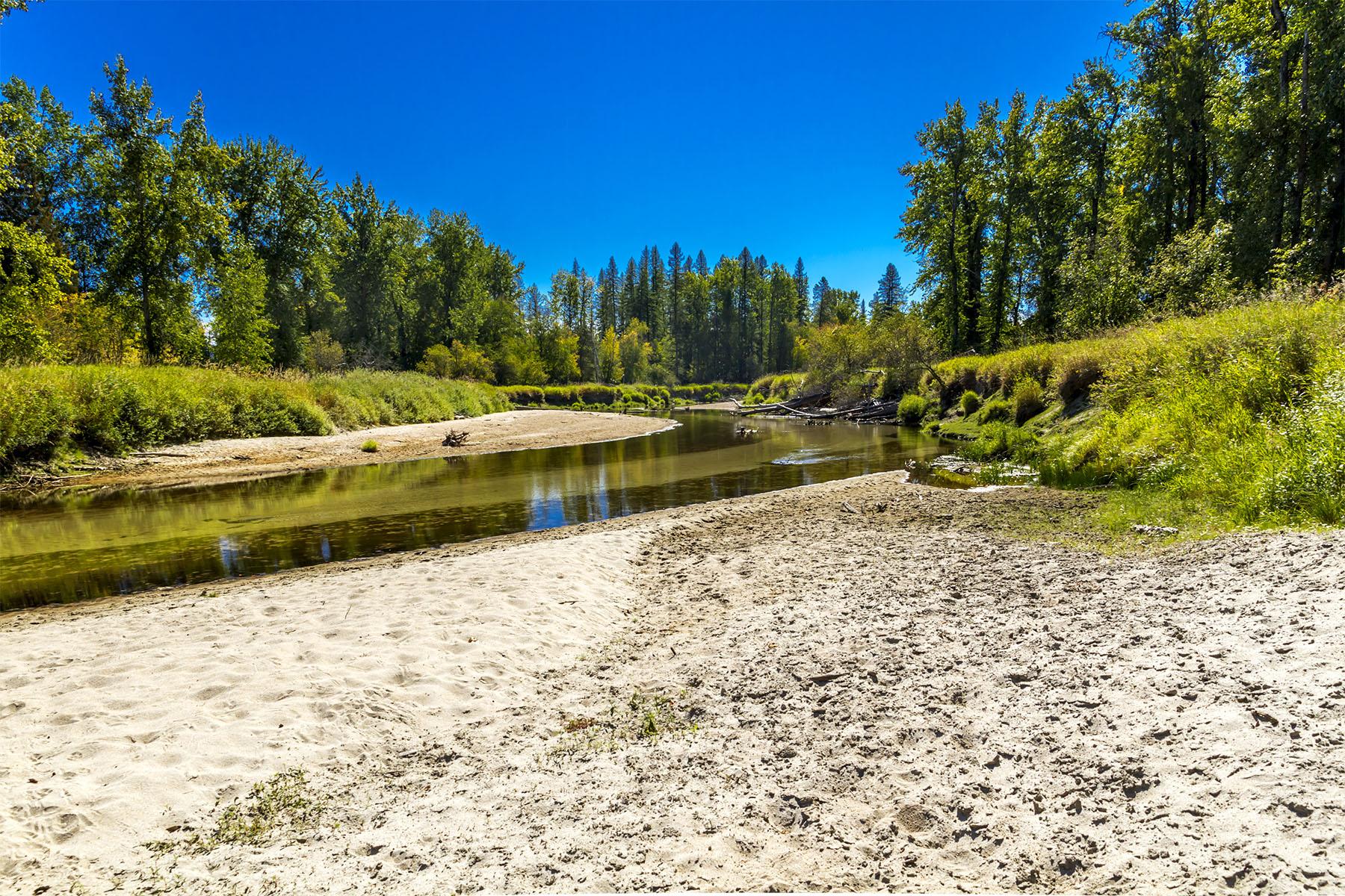 Maison unifamiliale pour l Vente à 86 Acres with Organic Pastures, Riverfront 2723 Selkirk Road Sandpoint, Idaho, 83864 États-Unis