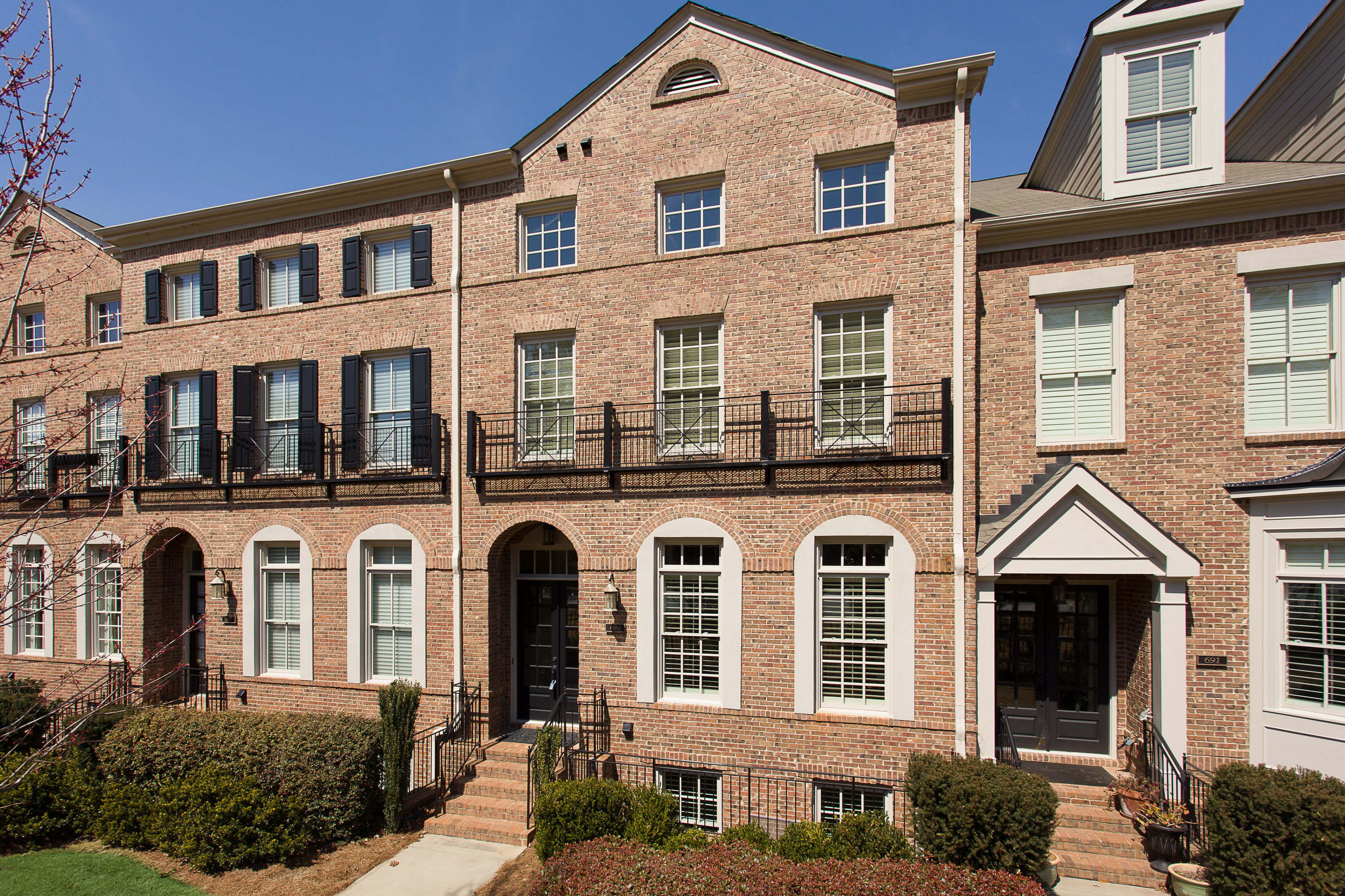 Casa Unifamiliar Adosada por un Venta en Luxury Townhome in Gated Community Just North of Buckhead 689 Lockton Place Atlanta, Georgia 30342 Estados Unidos