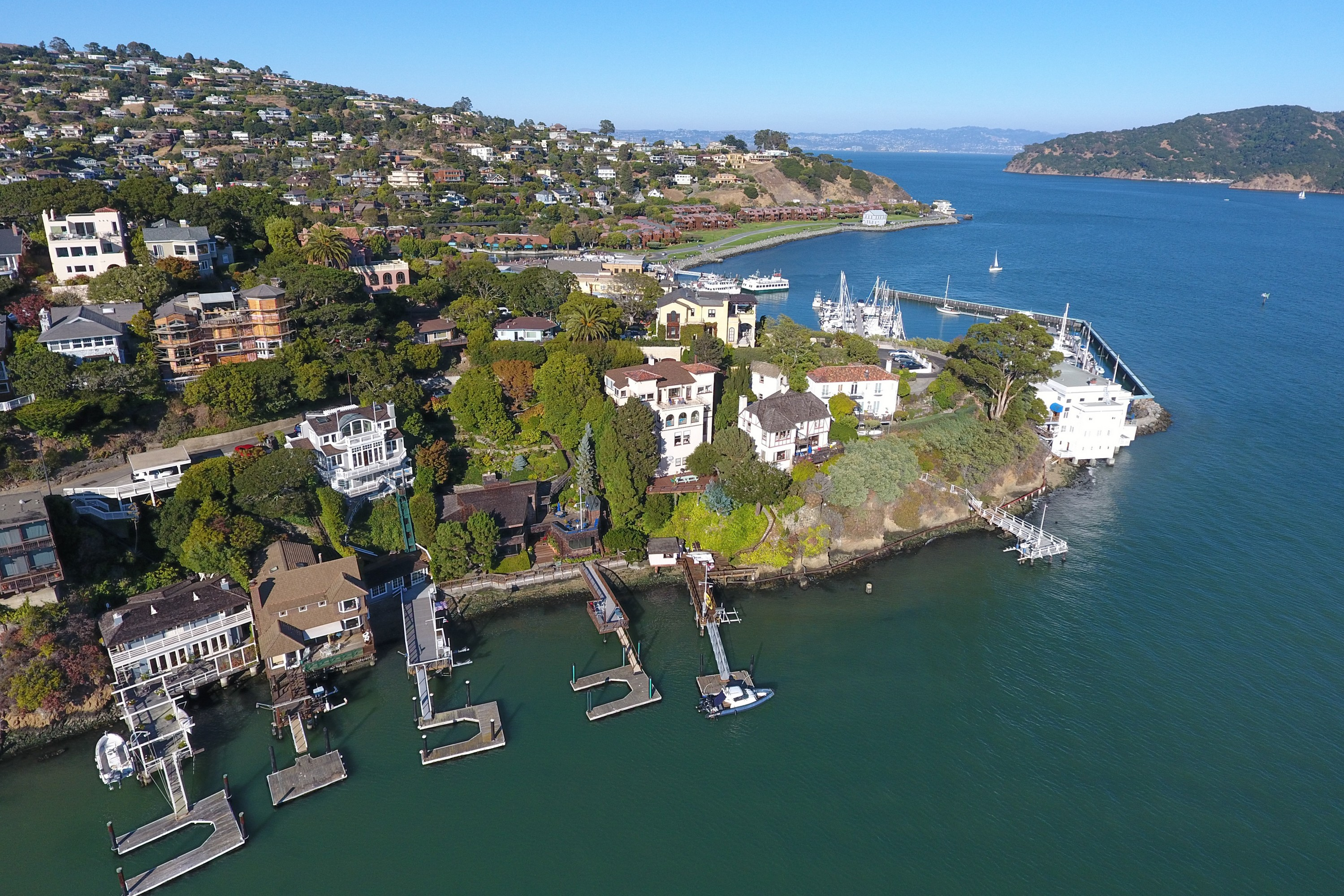 Casa Unifamiliar por un Venta en Prime Waterfront Home with Boat Dock and Beach House 71 Bellevue Avenue Belvedere, California 94920 Estados Unidos