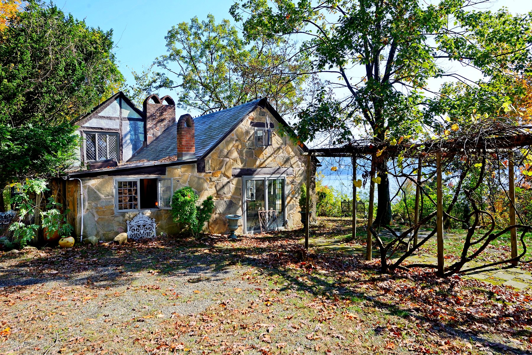 "단독 가정 주택 용 매매 에 ""House in The Woods"" - Sale Pending 55 Woods Rd. Palisades, 뉴욕 10964 미국"