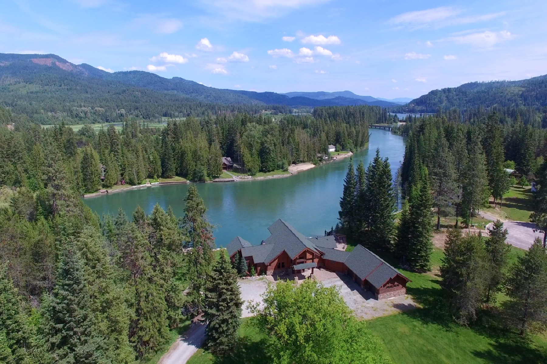 Villa per Vendita alle ore Beautiful Waterfront home on the River 399 Larch Priest River, Idaho, 83856 Stati Uniti