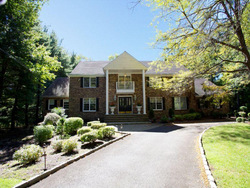 Villa per Vendita alle ore Fabulous! 74 Woodcliff Lake Road Saddle River, New Jersey, 07458 Stati Uniti