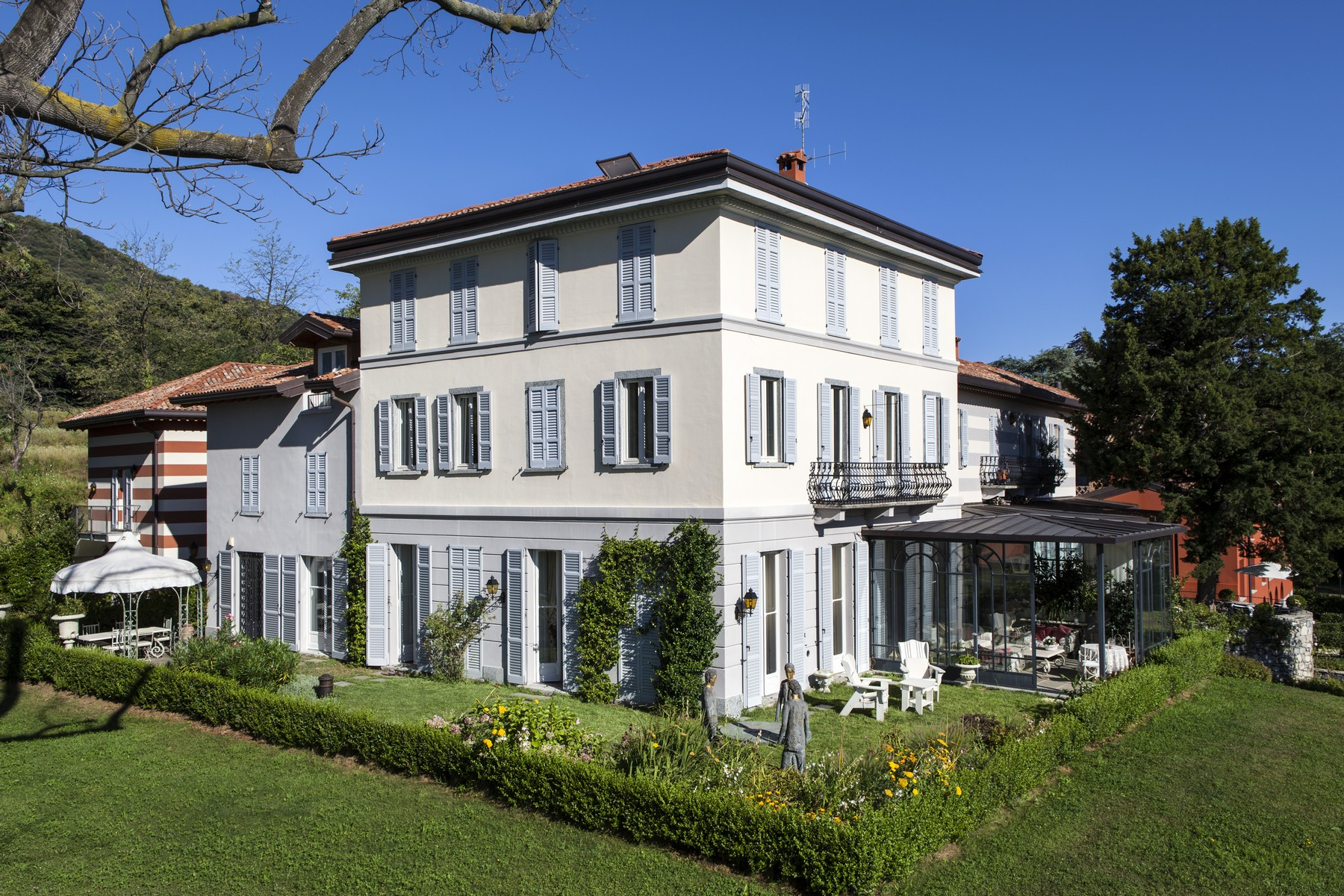 Appartement pour l Vente à Wonderful apartment set in the luxurious villa Eros Via Cardano Como, Como 22100 Italie
