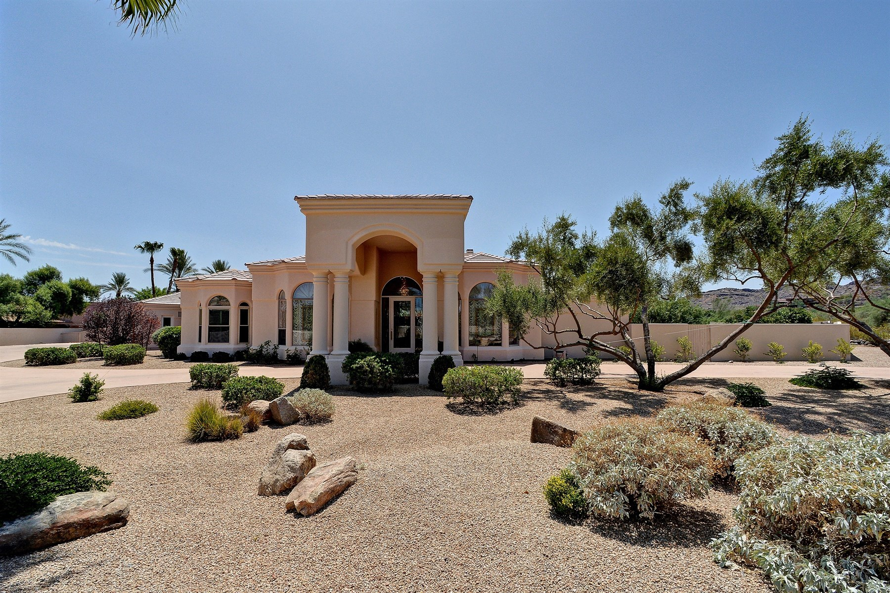 Vivienda unifamiliar por un Venta en Beautiful Santa Barbara style Paradise Valley residence. 8205 N Coconino Rd Paradise Valley, Arizona 85253 Estados Unidos