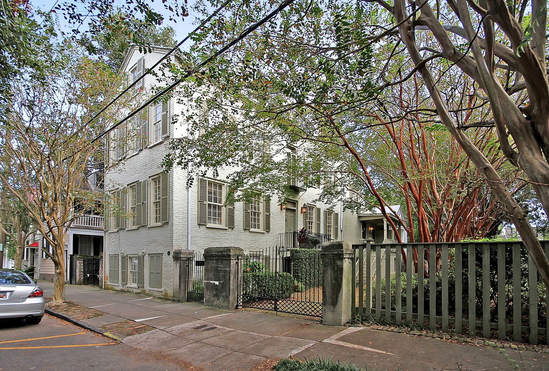 Maison unifamiliale pour l Vente à Charleston Single Home in Harleston Village 149/151 Queen Street Charleston, Caroline Du Sud 29401 États-Unis