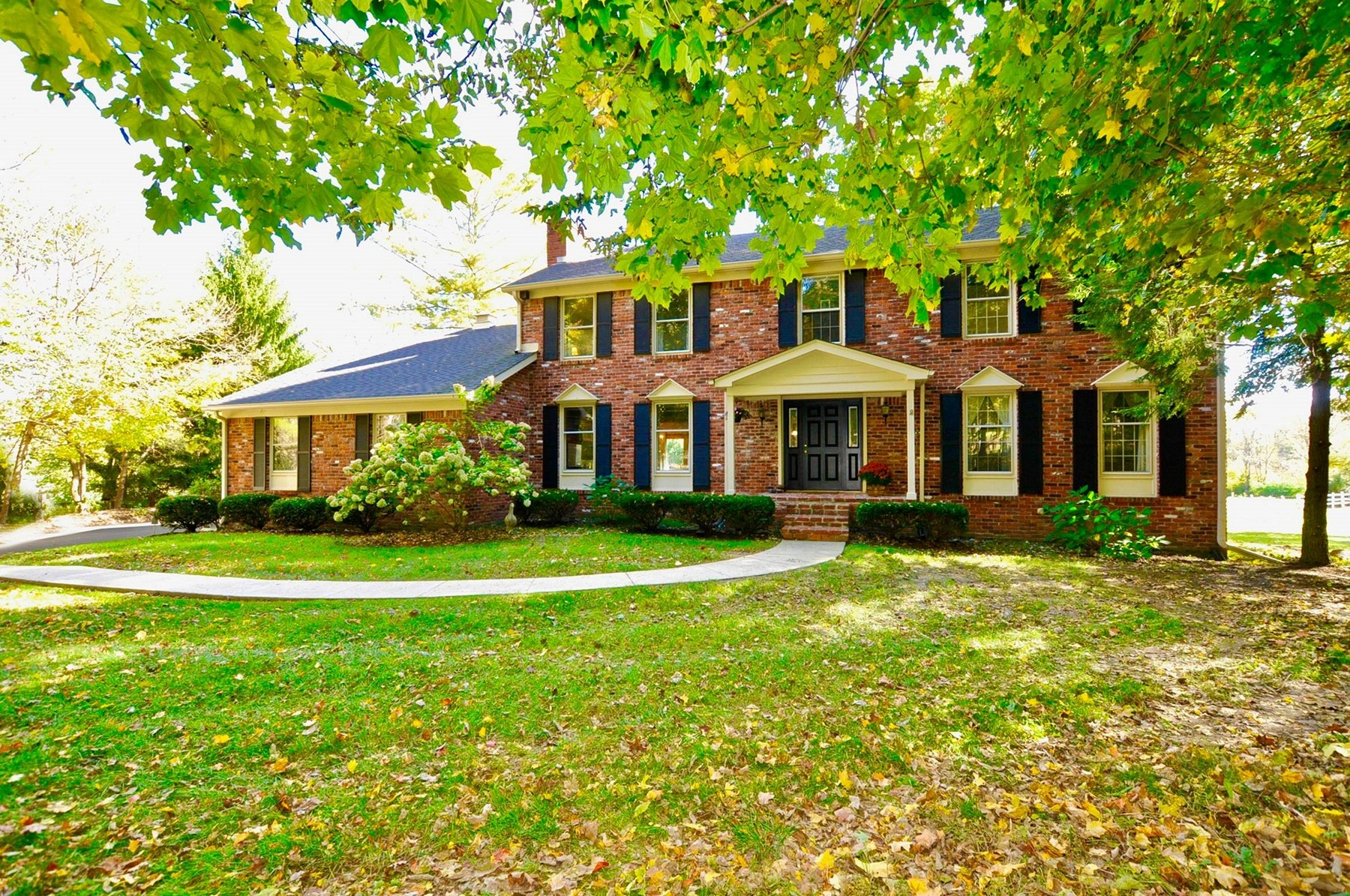 Maison unifamiliale pour l Vente à Beautiful All Brick Colonial Style Home 8549 Silver Ridge Court Indianapolis, Indiana 46278 États-Unis