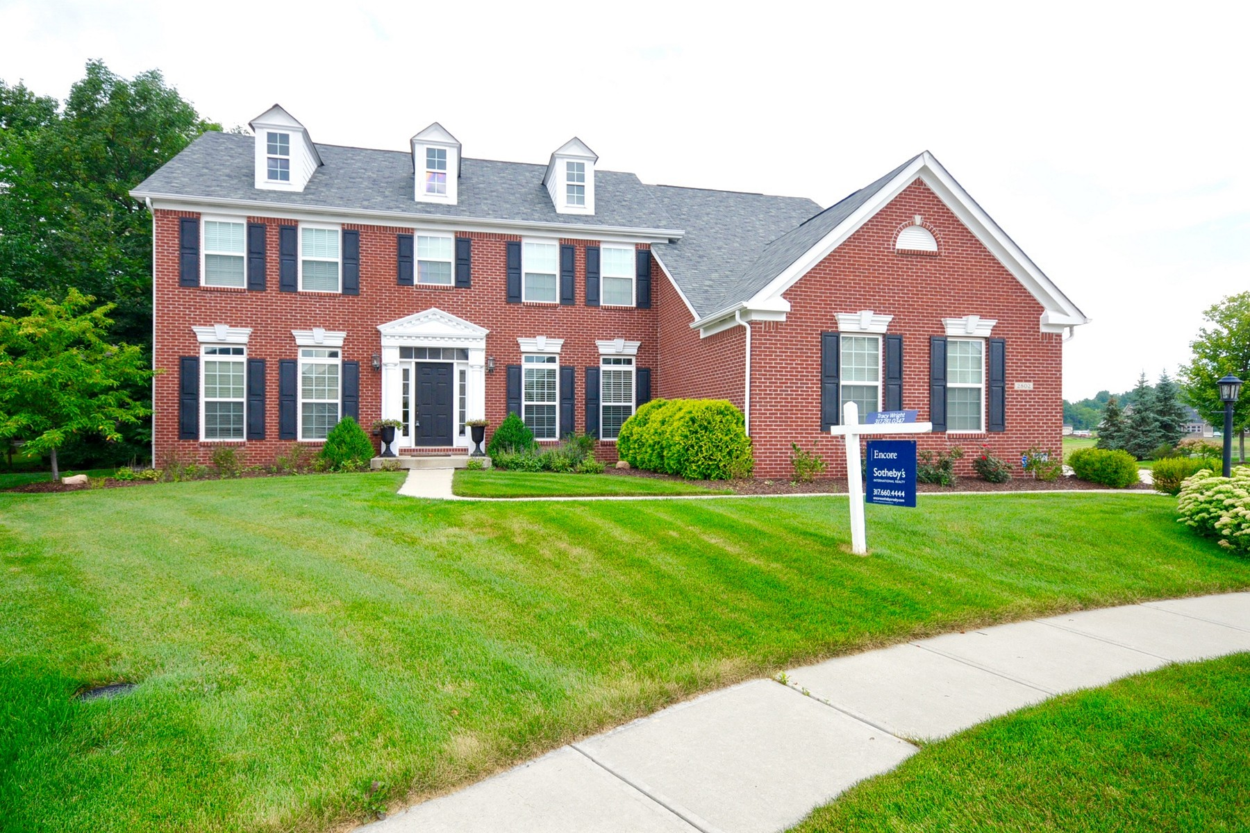 Vivienda unifamiliar por un Venta en Charming Home on Quite Cul-De-Sac 2802 Newbury Court Zionsville, Indiana 46077 Estados Unidos
