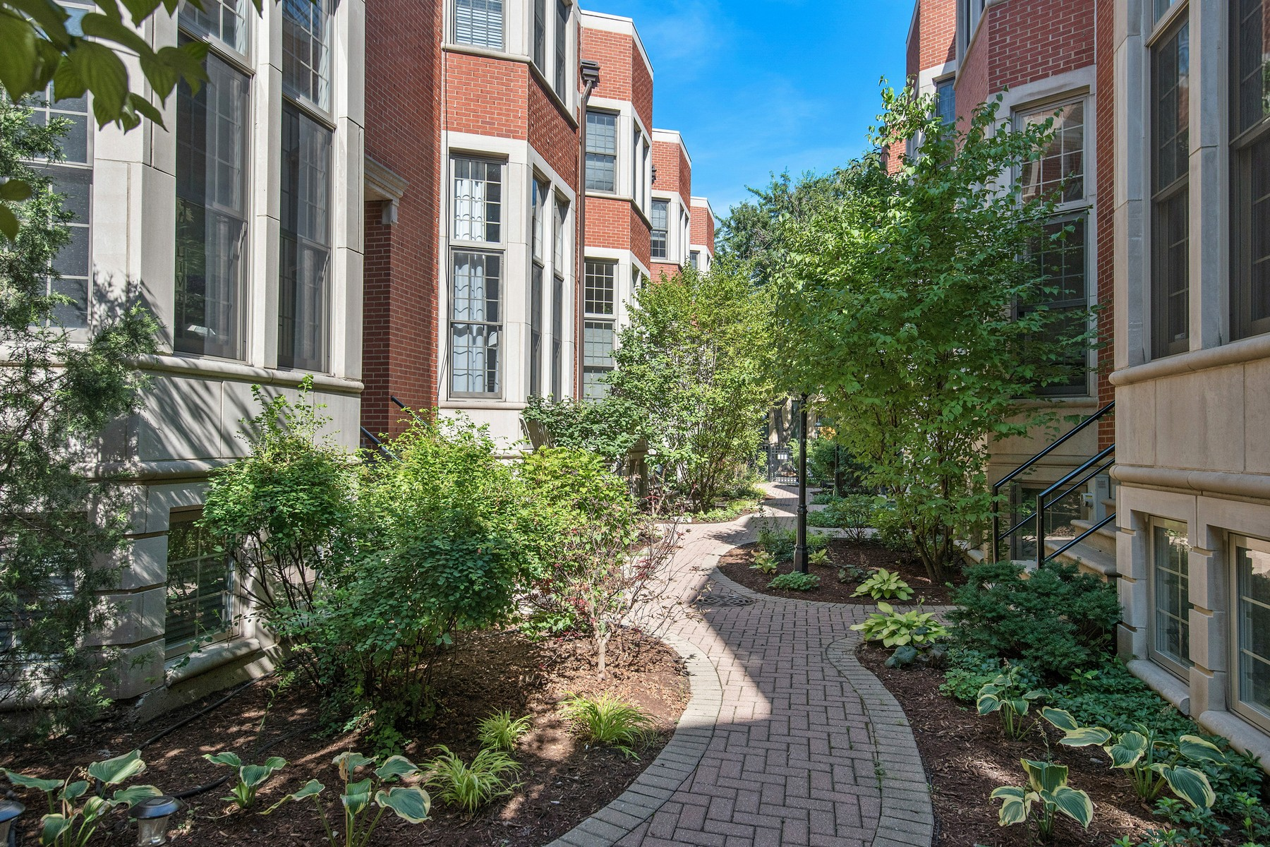 Adosado por un Venta en Sought After Townhome 18 N Ada Street Unit E Near West Side, Chicago, Illinois, 60607 Estados Unidos