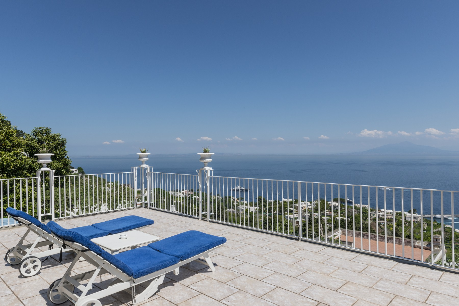 Vivienda unifamiliar por un Venta en Spectacular panoramic villa surrounded by greenery Capri, Naples Italia
