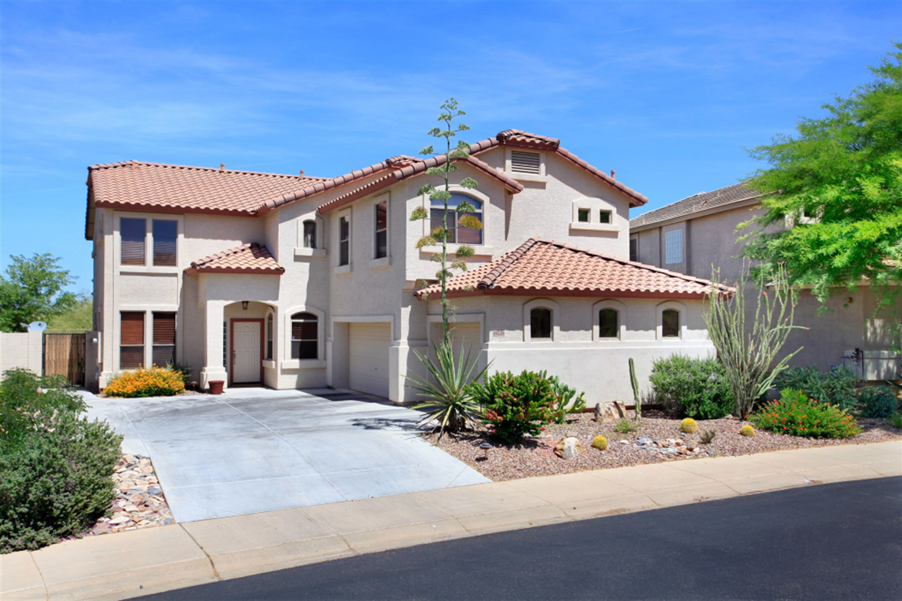 Casa para uma família para Venda às Gorgeous family and entertaining home. 16228 N 99TH PL Scottsdale, Arizona 85260 Estados Unidos