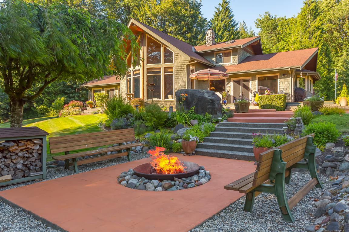 Частный односемейный дом для того Продажа на Riverfront Retreat 44416 Dalles Road Concrete, Вашингтон, 98237 Соединенные Штаты