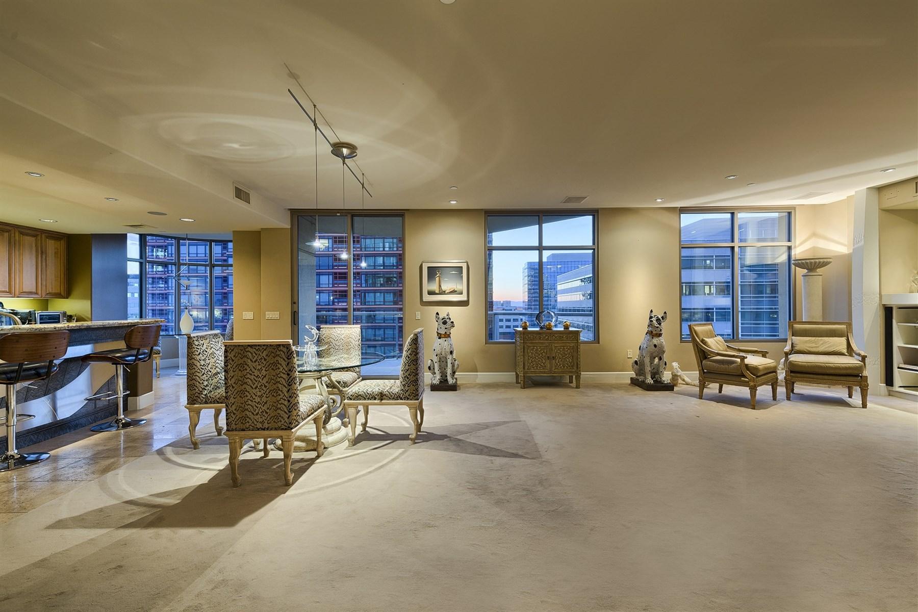 콘도미니엄 용 매매 에 One Of A Kind Dazzling Residence on 8th Floor at Prestigious Esplanade Place 2402 E Esplanade Lane #801 Phoenix, 아리조나 85016 미국