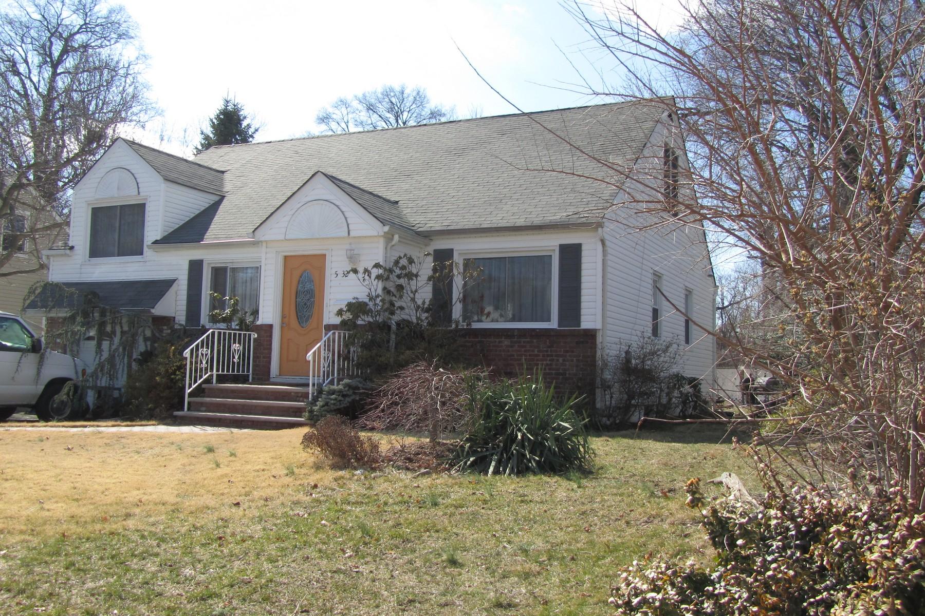 Nhà ở một gia đình vì Bán tại Beautifully renovated Cape Cod home on quiet street with huge backyard! 5-32 Canger Place Fair Lawn, New Jersey, 07410 Hoa Kỳ