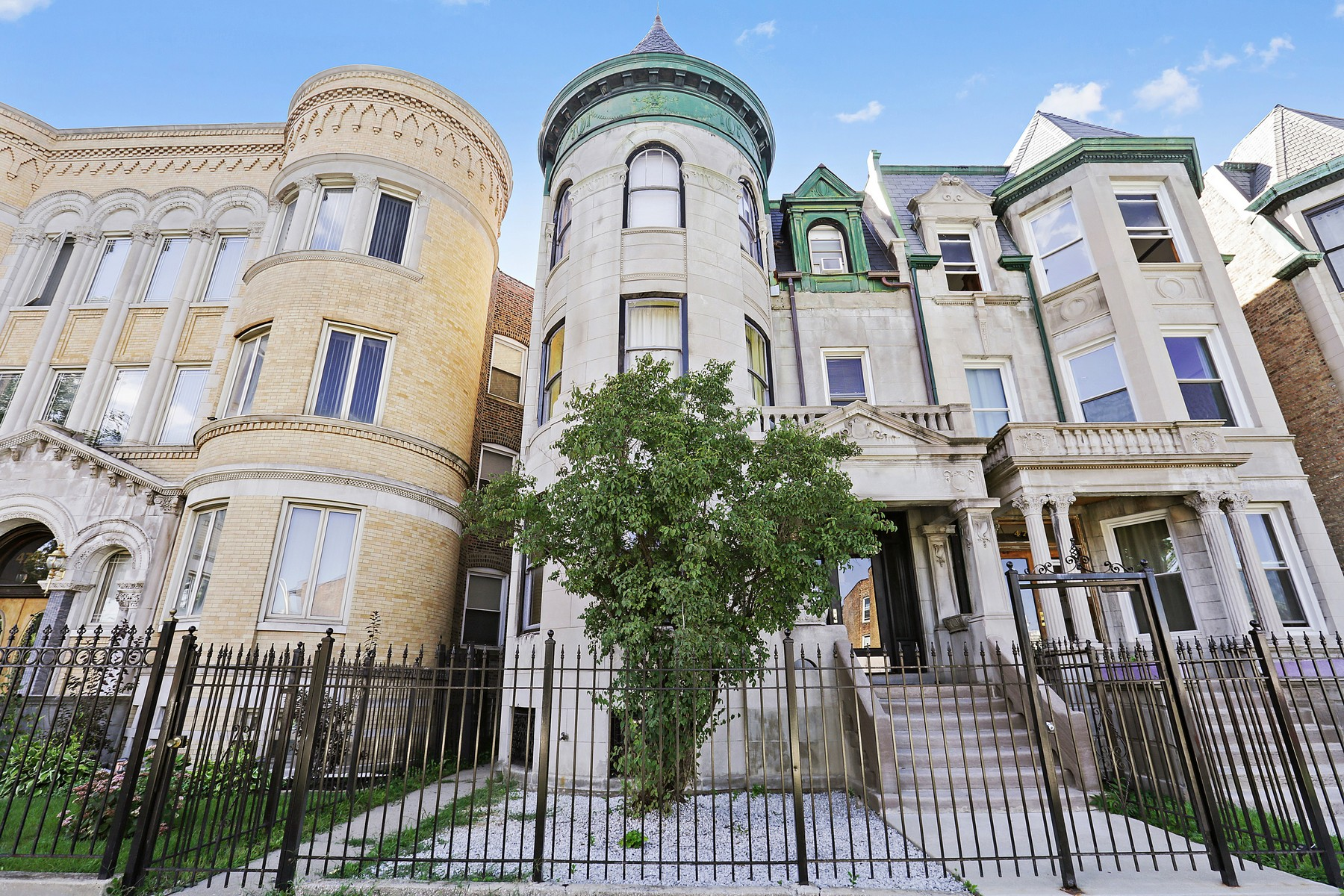 Maison multifamiliale pour l Vente à Beautiful 4 Unit Greystone 4740 S Prairie Avenue Grand Boulevard, Chicago, Illinois, 60615 États-Unis