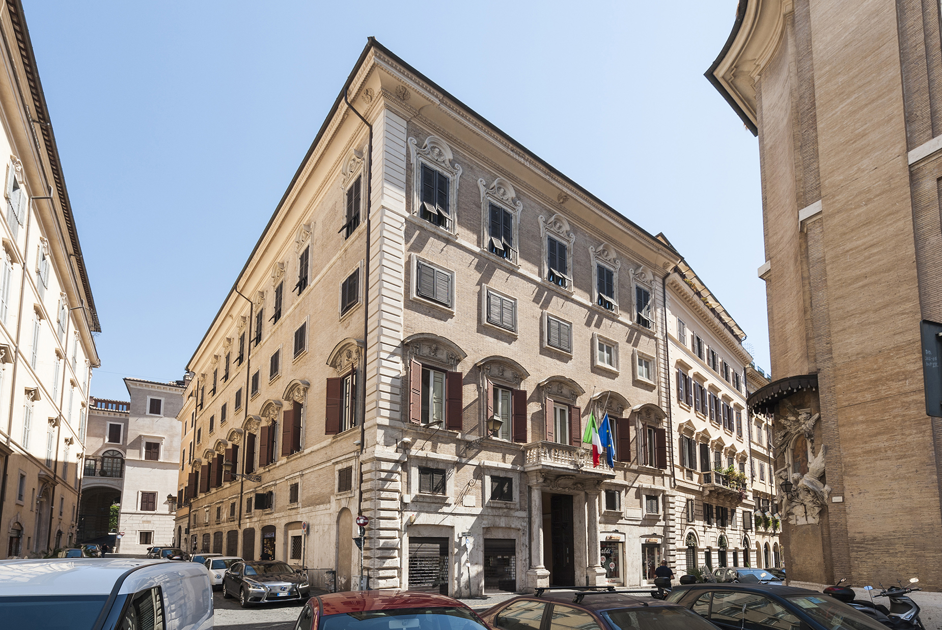 Additional photo for property listing at Elegant Roman Apartment in a baroque Palazzo Rome, Roma Italia
