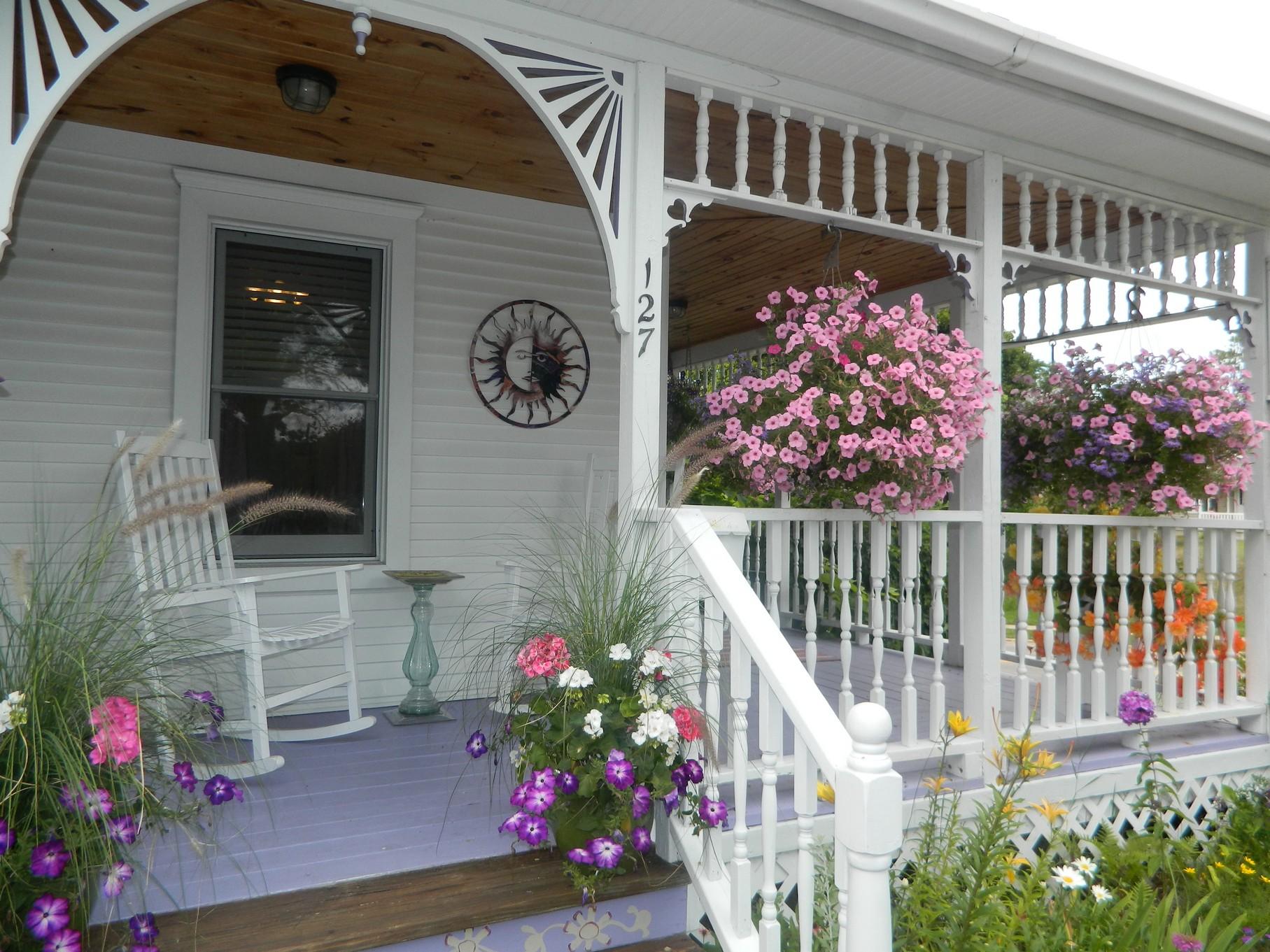 独户住宅 为 销售 在 In town Cottage 127 Cedar Street 博因河, 密歇根州, 49712 美国