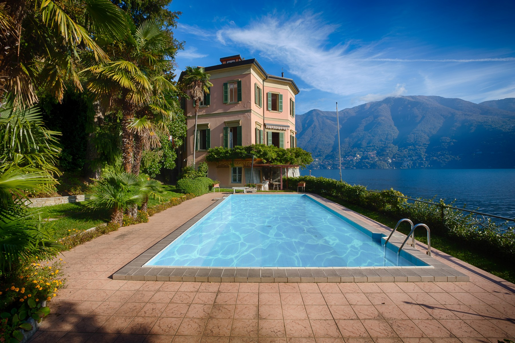 sales property at Splendid villa with wharf on Lake Como