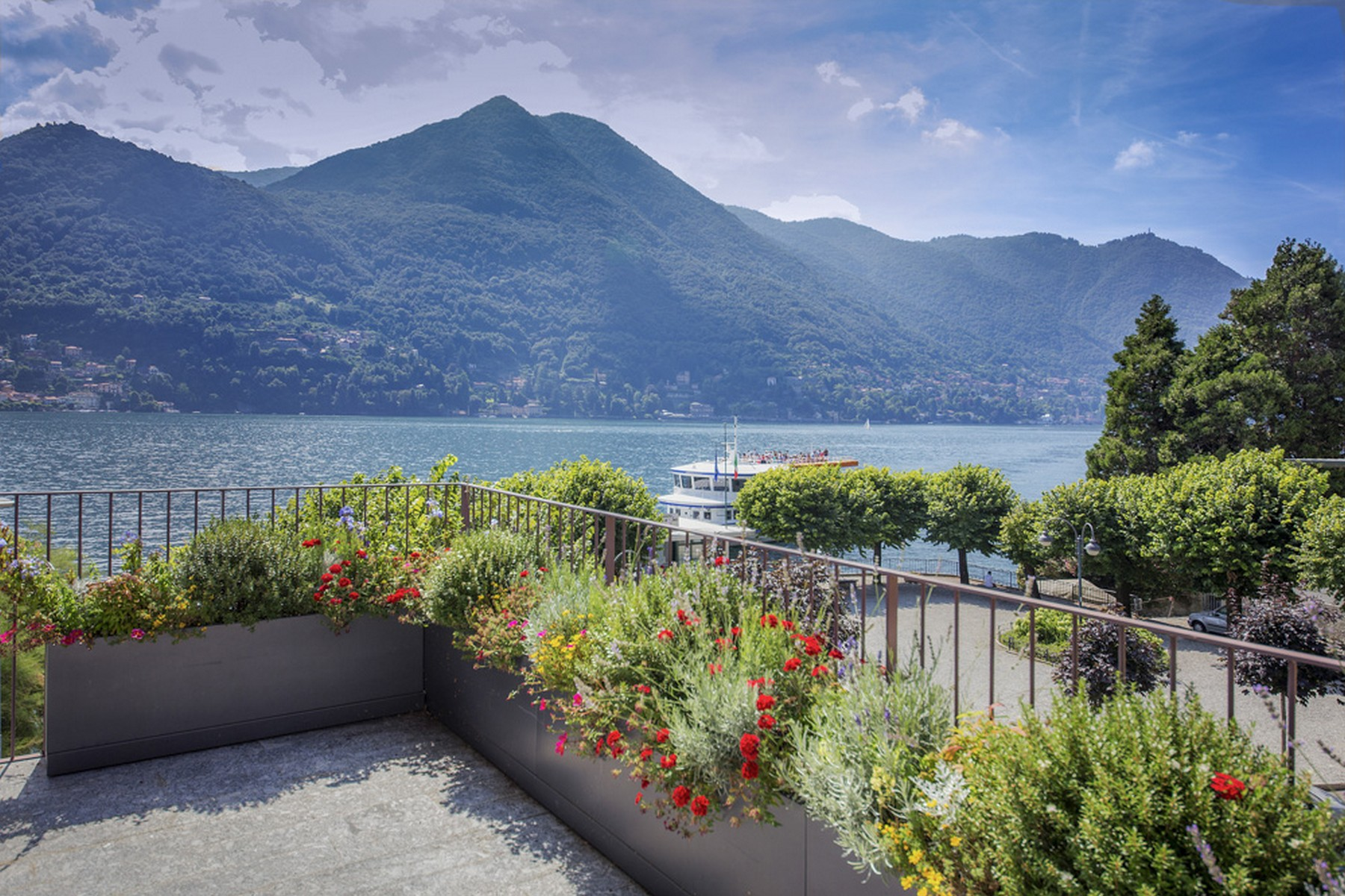 Additional photo for property listing at A celebrity-owned lakefront Penthouse within a prestigious villa in Moltrasio via Regina Moltrasio, Como 22010 Italie
