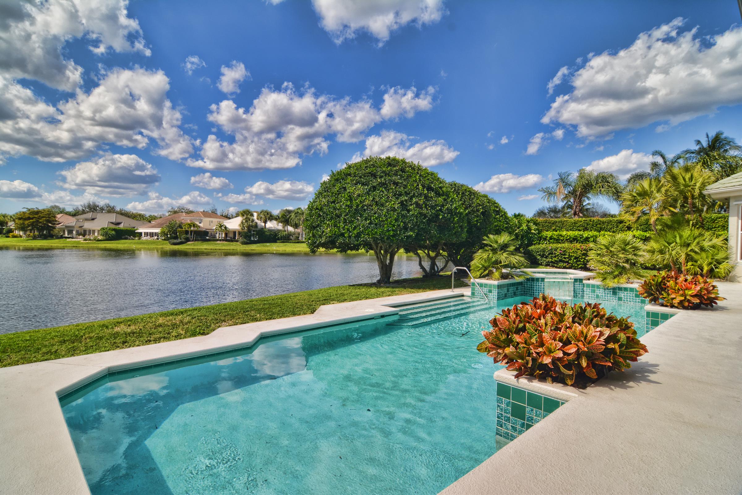 Maison unifamiliale pour l Vente à 106 Locha Drive Jupiter, Florida, 33458 États-Unis