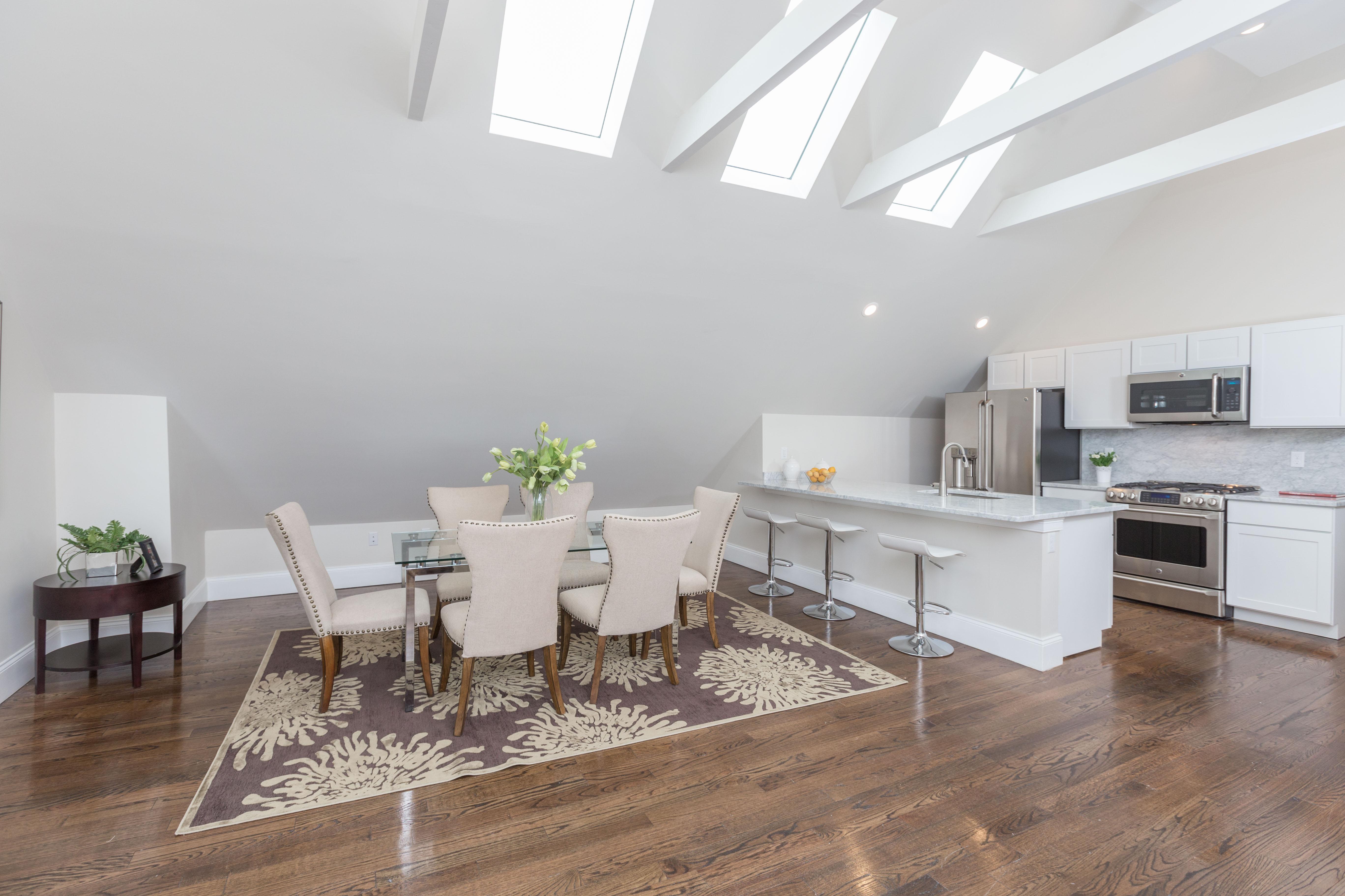 Eigentumswohnung für Verkauf beim Sunny Three Bedroom Penthouse 37 Oakview Terrace Unit PH Jamaica Plain, Boston, Massachusetts 02130 Vereinigte Staaten