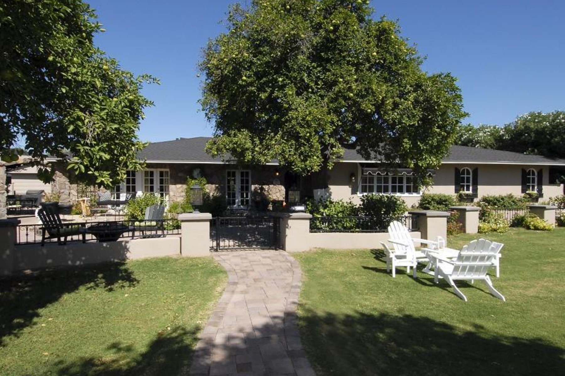 단독 가정 주택 용 매매 에 Charming home sits on a 25,000 sq ft lot in the middle of Arcadia 5424 E Lafayette Blvd Phoenix, 아리조나, 85018 미국