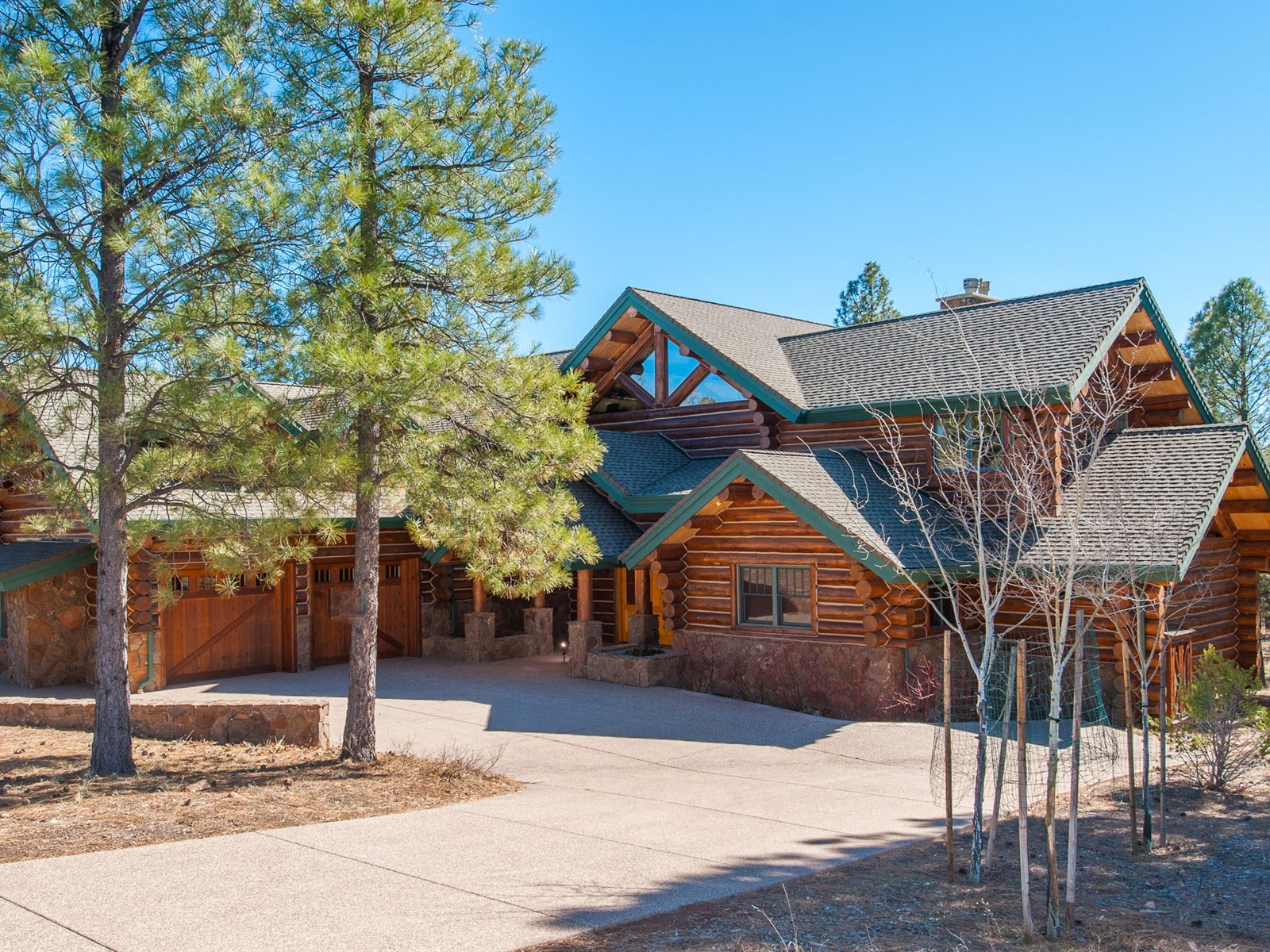 Single Family Home for Sale at Luxurious Hand Crafted Log Home 3609 S Clubhouse CIR Flagstaff, Arizona 86005 United States