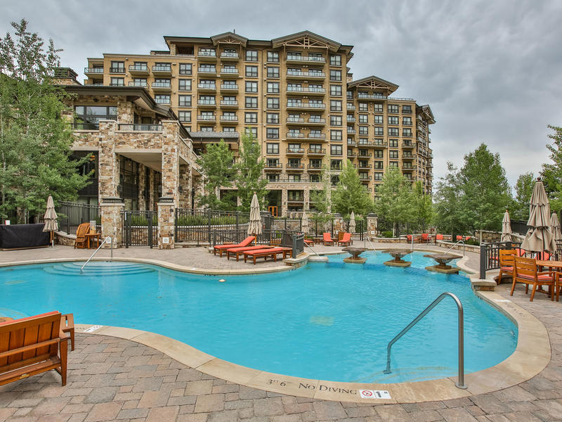 Condominio per Vendita alle ore One-bedroom St. Regis Ski Condo 2300 E Deer Valley Dr #318 Park City, Utah 84060 Stati Uniti