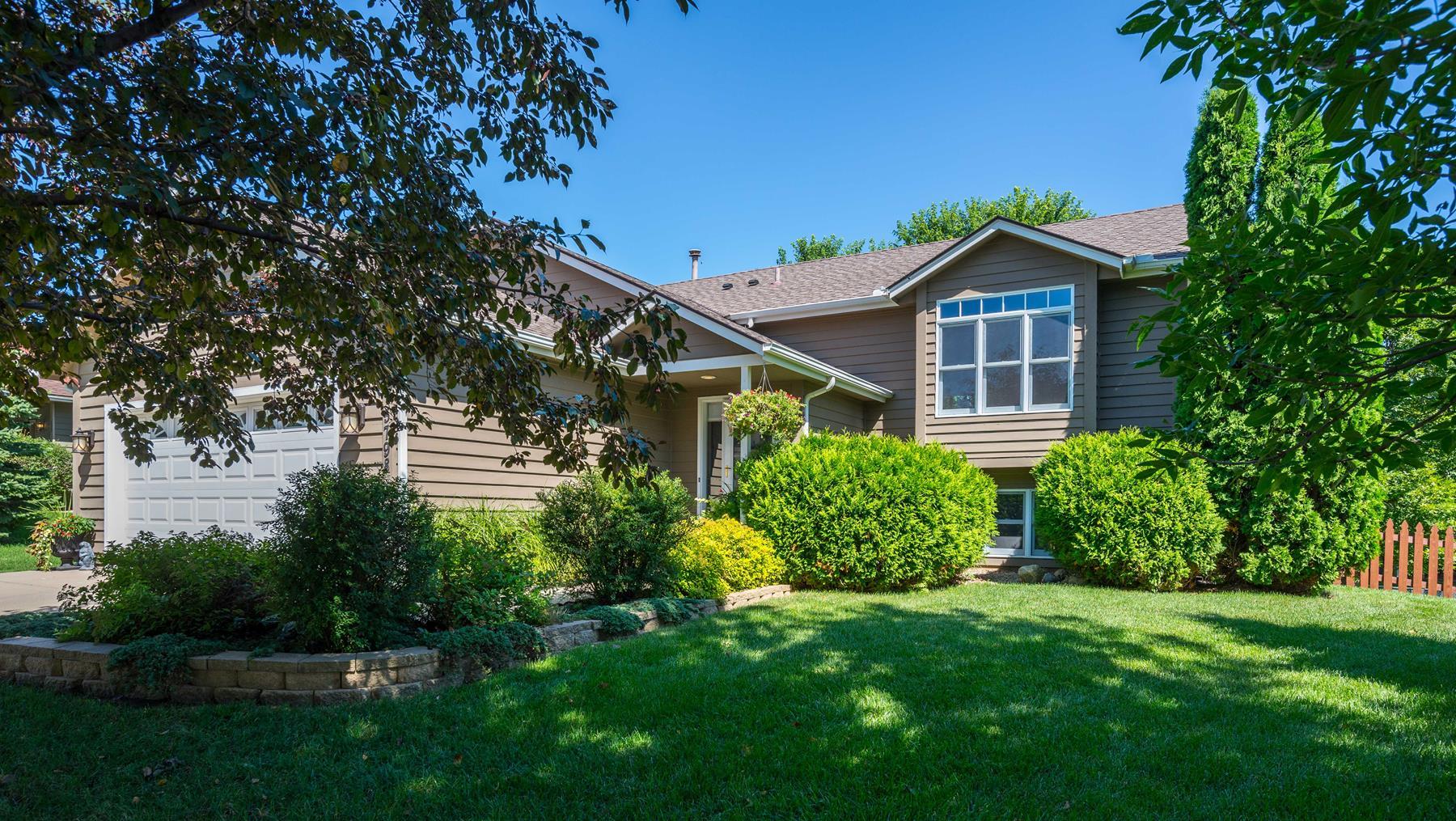 Maison unifamiliale pour l Vente à 5798 South Park Drive Savage, Minnesota 55378 États-Unis