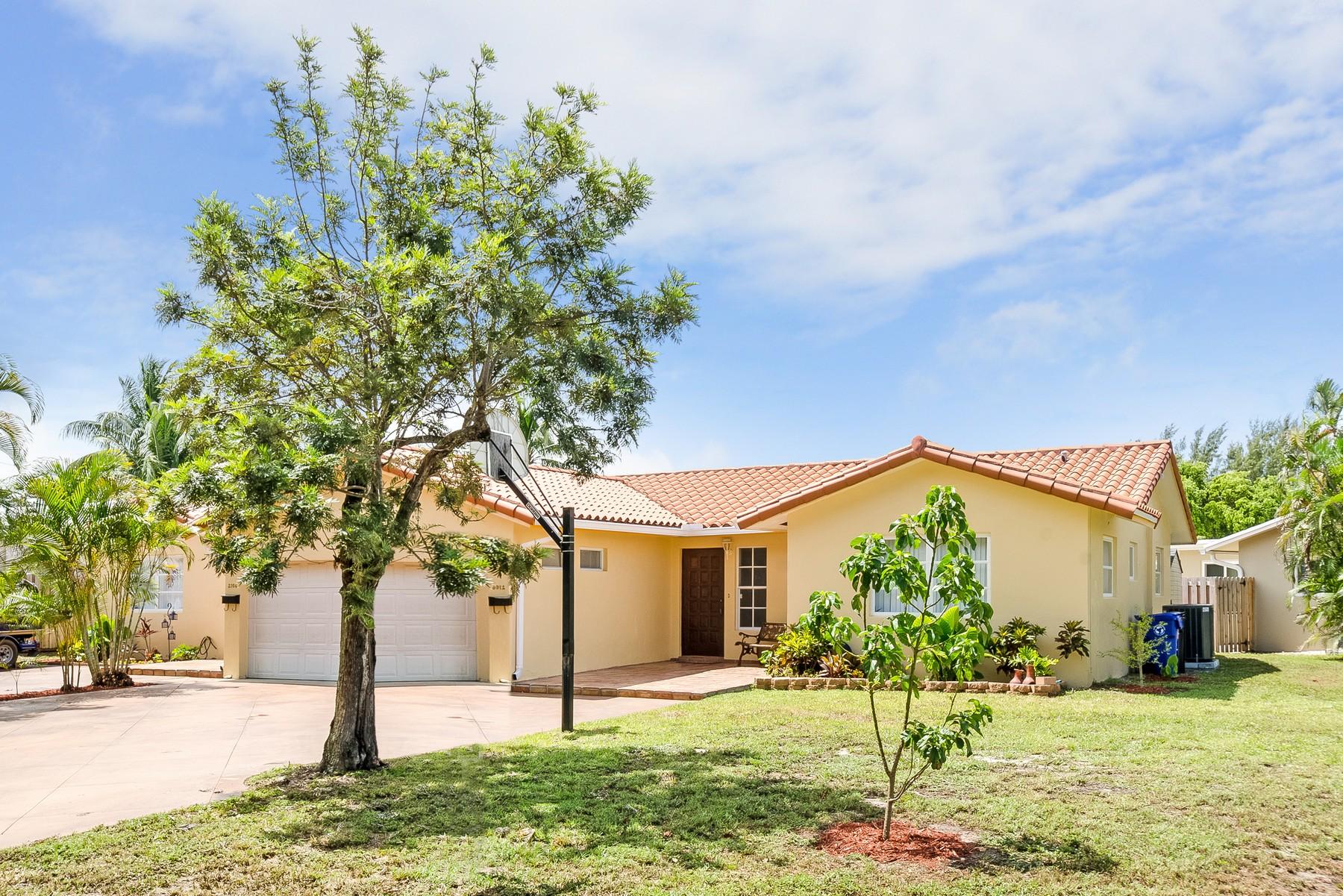 Maison unifamiliale pour l Vente à Lake Estates 2700 NE 57 St Fort Lauderdale, Florida 33308 États-Unis