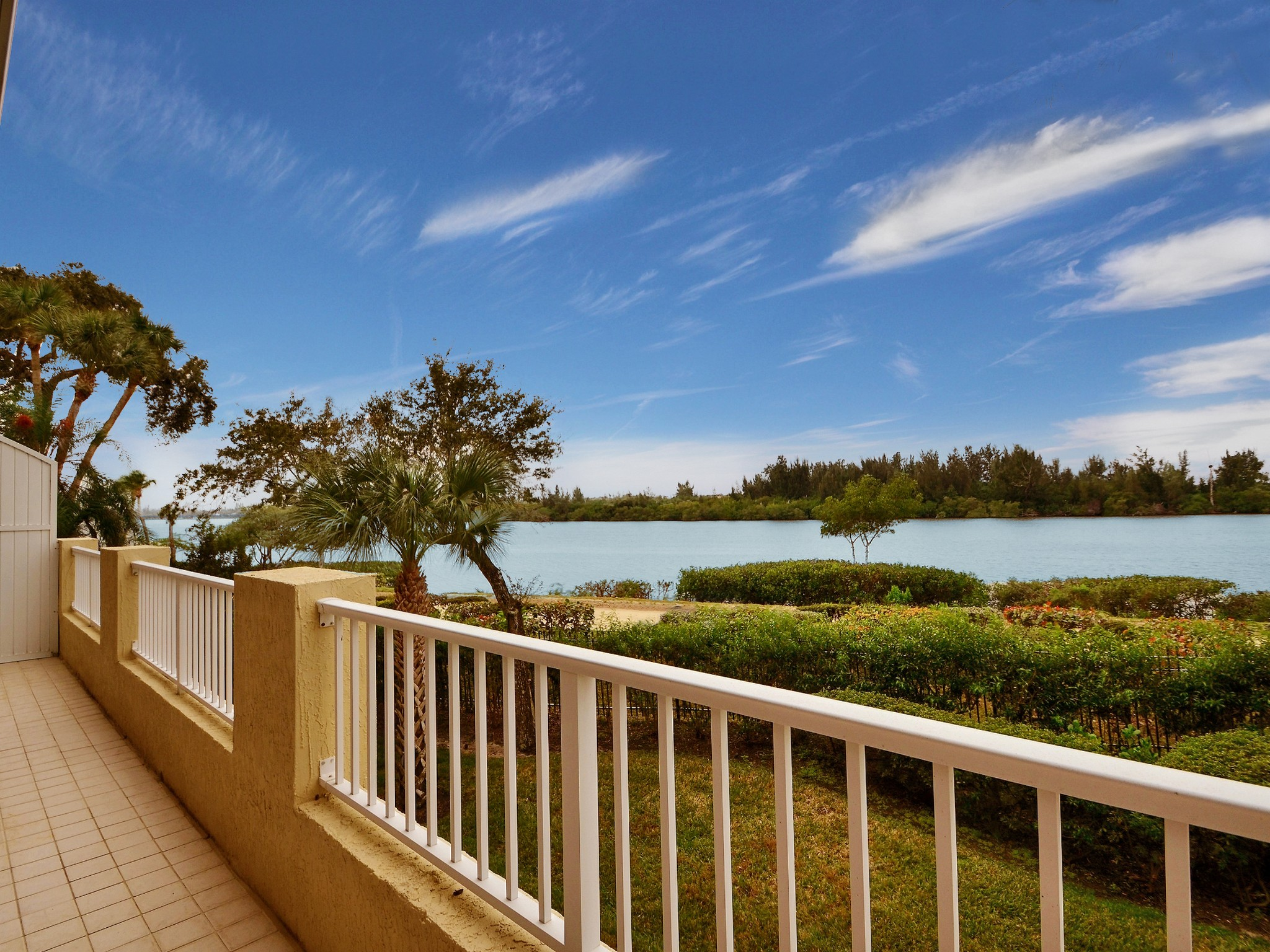 Condominio por un Venta en Extraordinary Riverfront Condo in Sea Oaks! 8865 W Orchid Island Circle #203 Vero Beach, Florida 32963 Estados Unidos