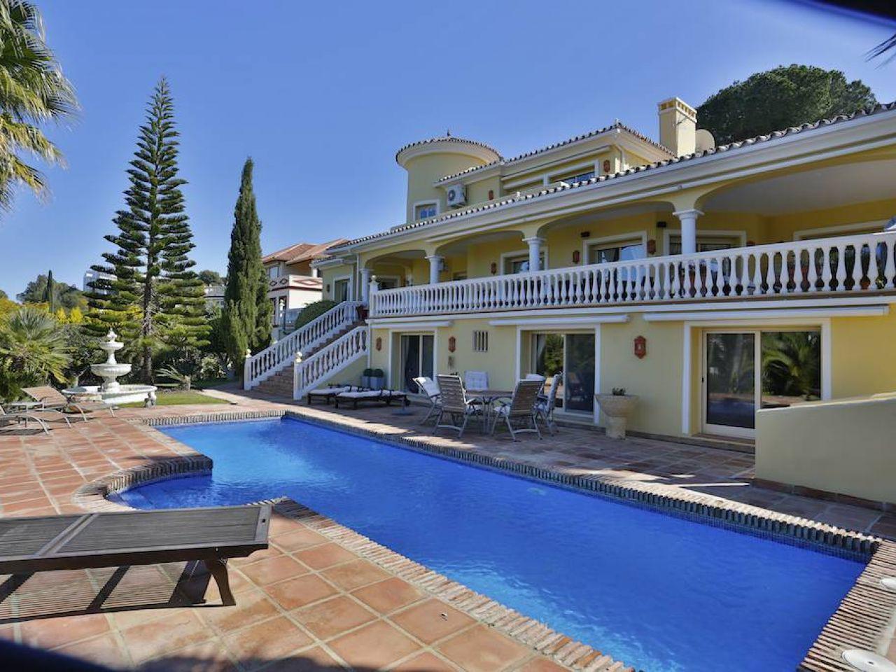 단독 가정 주택 용 매매 에 Fantastic family property el Paraiso Medio Estepona, 안달루시아 29680 스페인
