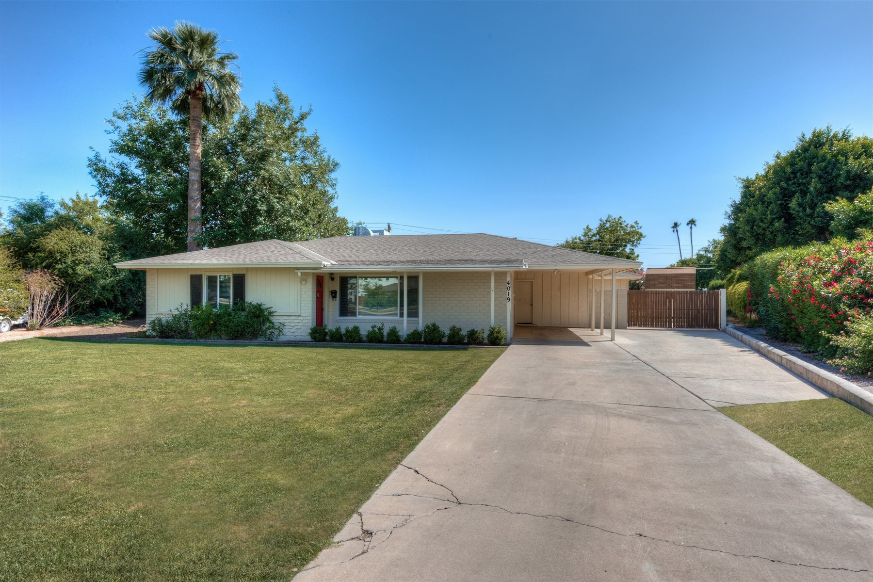 Vivienda unifamiliar por un Venta en charming home is situated on the largest lot near the BlitmoreArcadia area 4019 E Whitton Ave Phoenix, Arizona, 85018 Estados Unidos