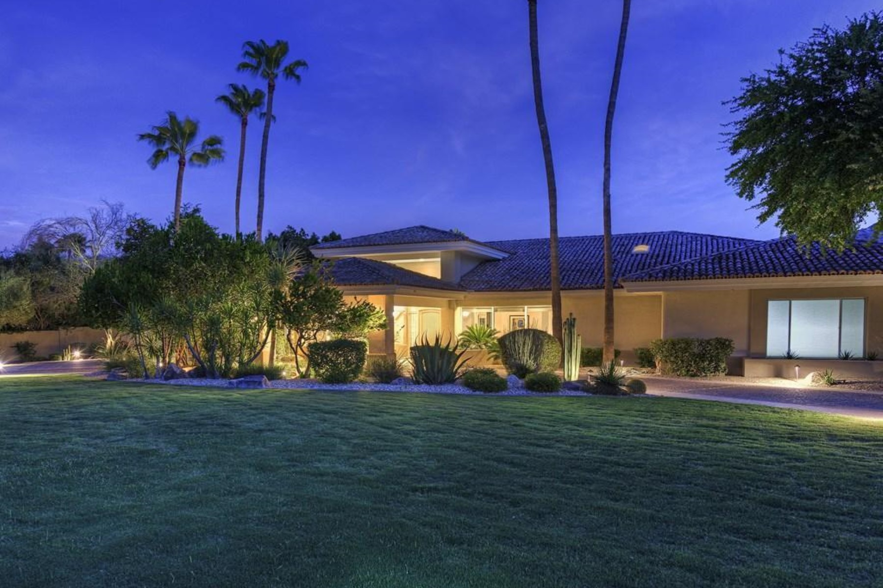 Nhà ở một gia đình vì Bán tại Your own personal resort with exquisite mountain views. 5969 E MOCKINGBIRD LN Paradise Valley, Arizona 85253 Hoa Kỳ