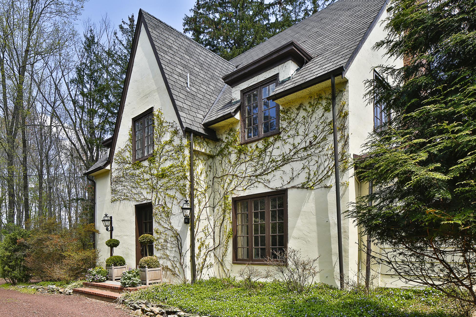 Maison unifamiliale pour l Vente à Enchanting Tudor in Storybook Setting - Lawrence Township 188 Carter Road Princeton, New Jersey 08540 États-Unis