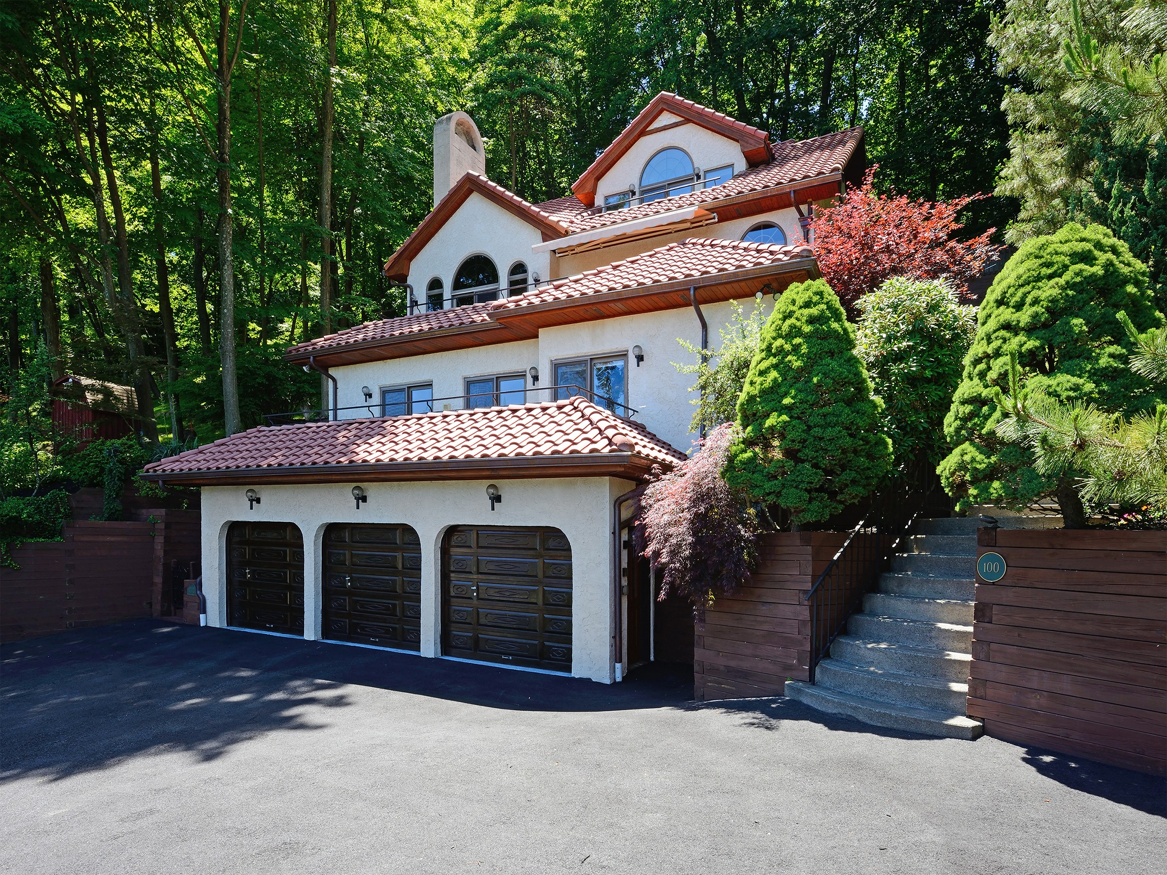 Villa per Vendita alle ore Striking Stucco Mediterranean Home 100 Orchard Terrace Piermont, New York, 10968 Stati Uniti