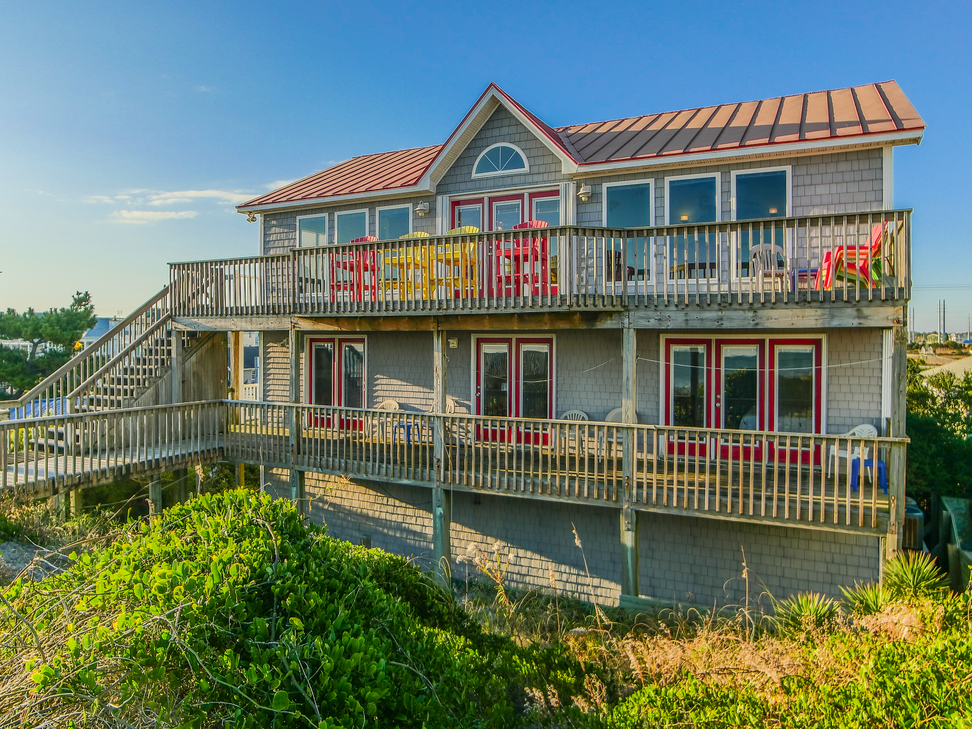 Casa para uma família para Venda às Harmonious Oceanfront Home with Captivating Views 120 South Shore Drive Surf City, Carolina Do Norte, 28445 Estados Unidos