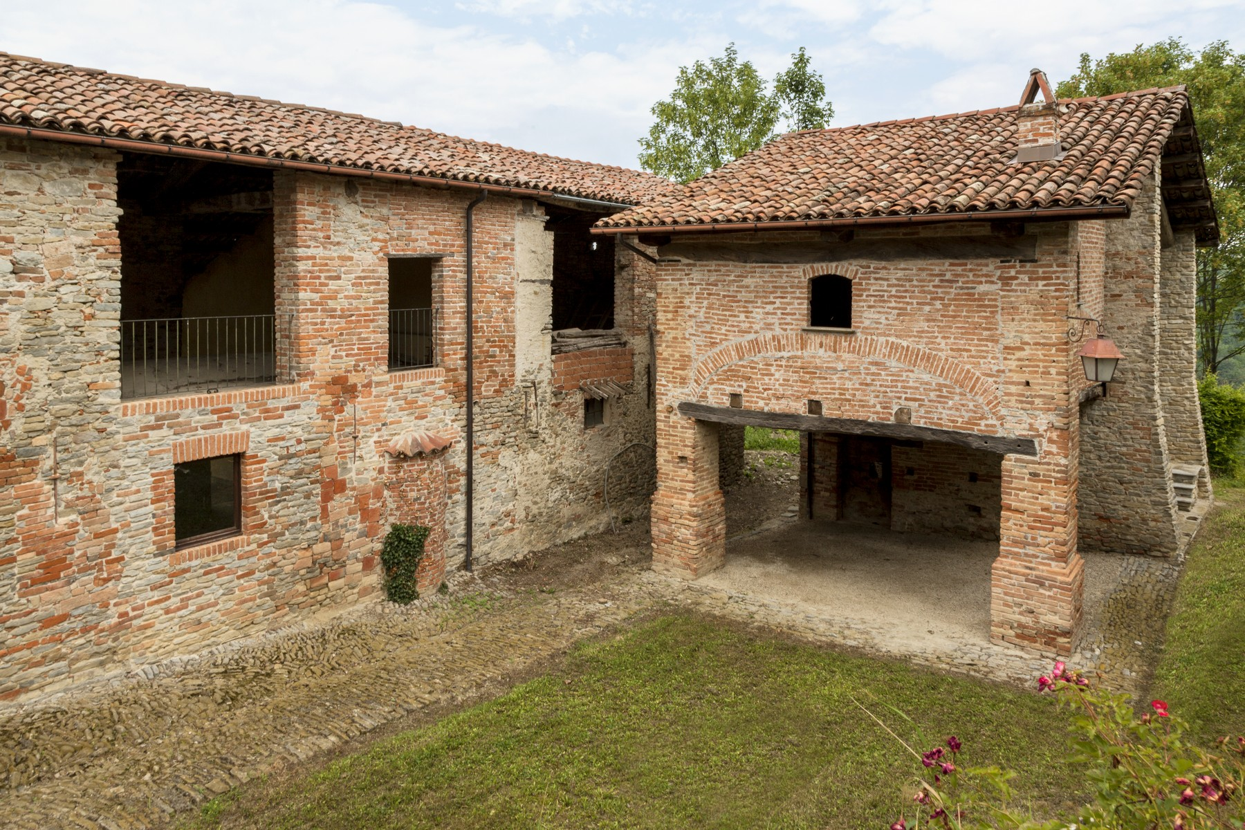 Additional photo for property listing at Charming estate with Langhe country views Clavesana, Cuneo Italy