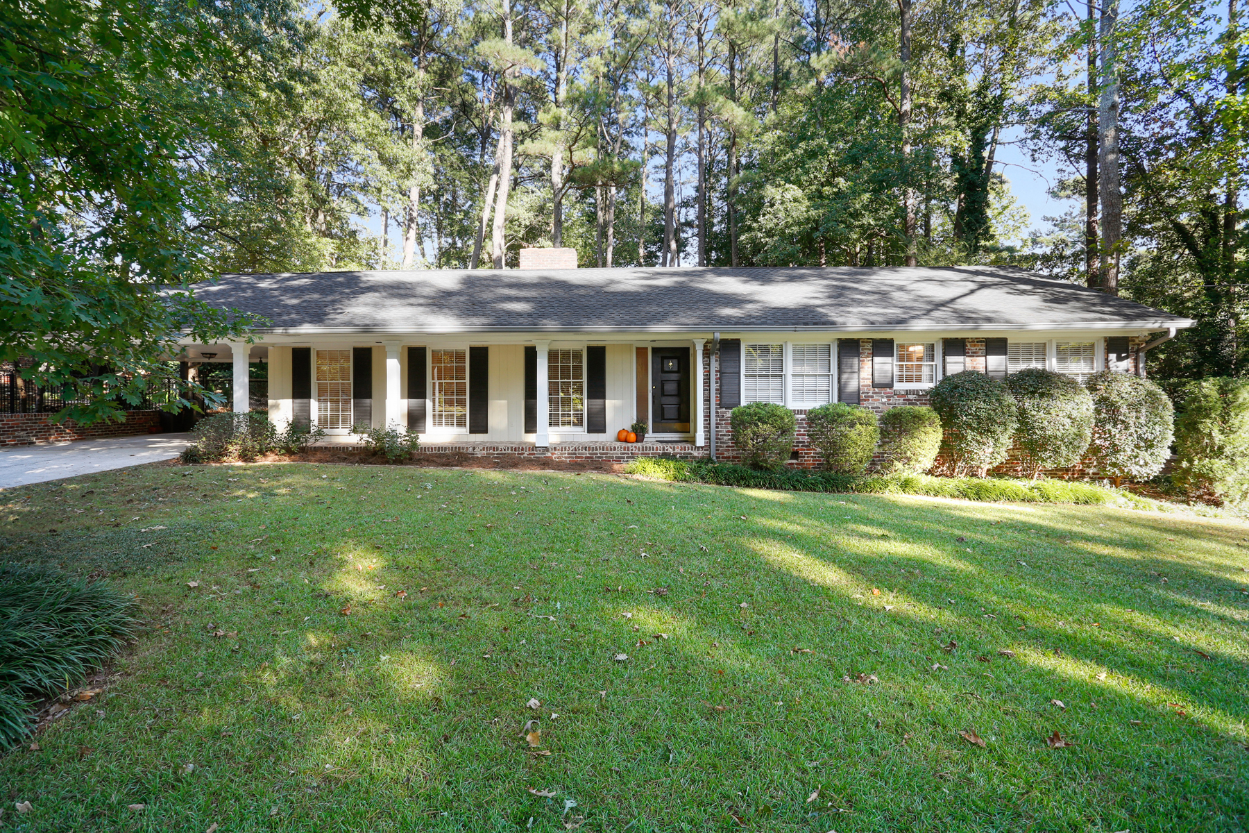 Villa per Vendita alle ore Exceptional Value In Sandy Springs 5795 Greenbrier Road Sandy Springs, Georgia 30328 Stati Uniti