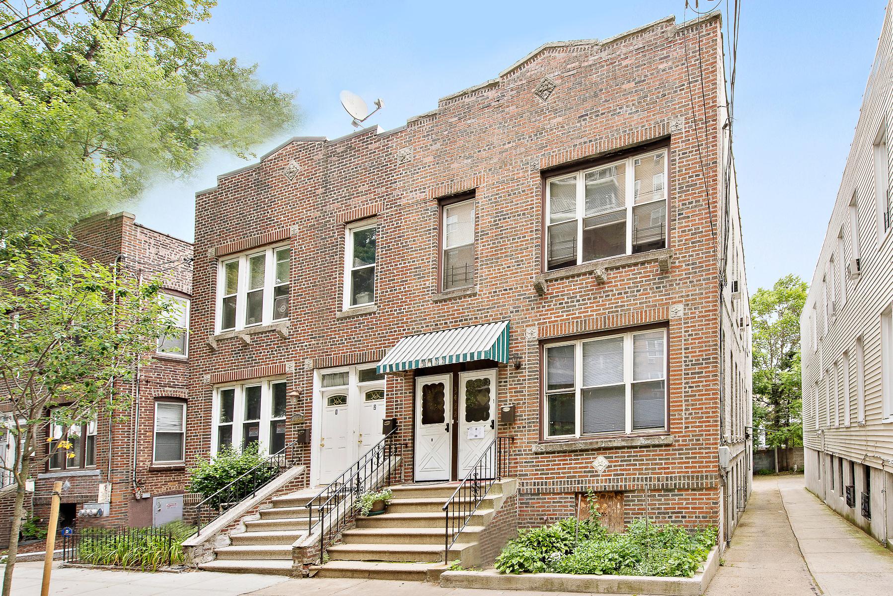 Moradia Multi-familiar para Venda às Large 2-Family with Garage 3422 Irwin Avenue Bronx, Nova York, 10463 Estados Unidos